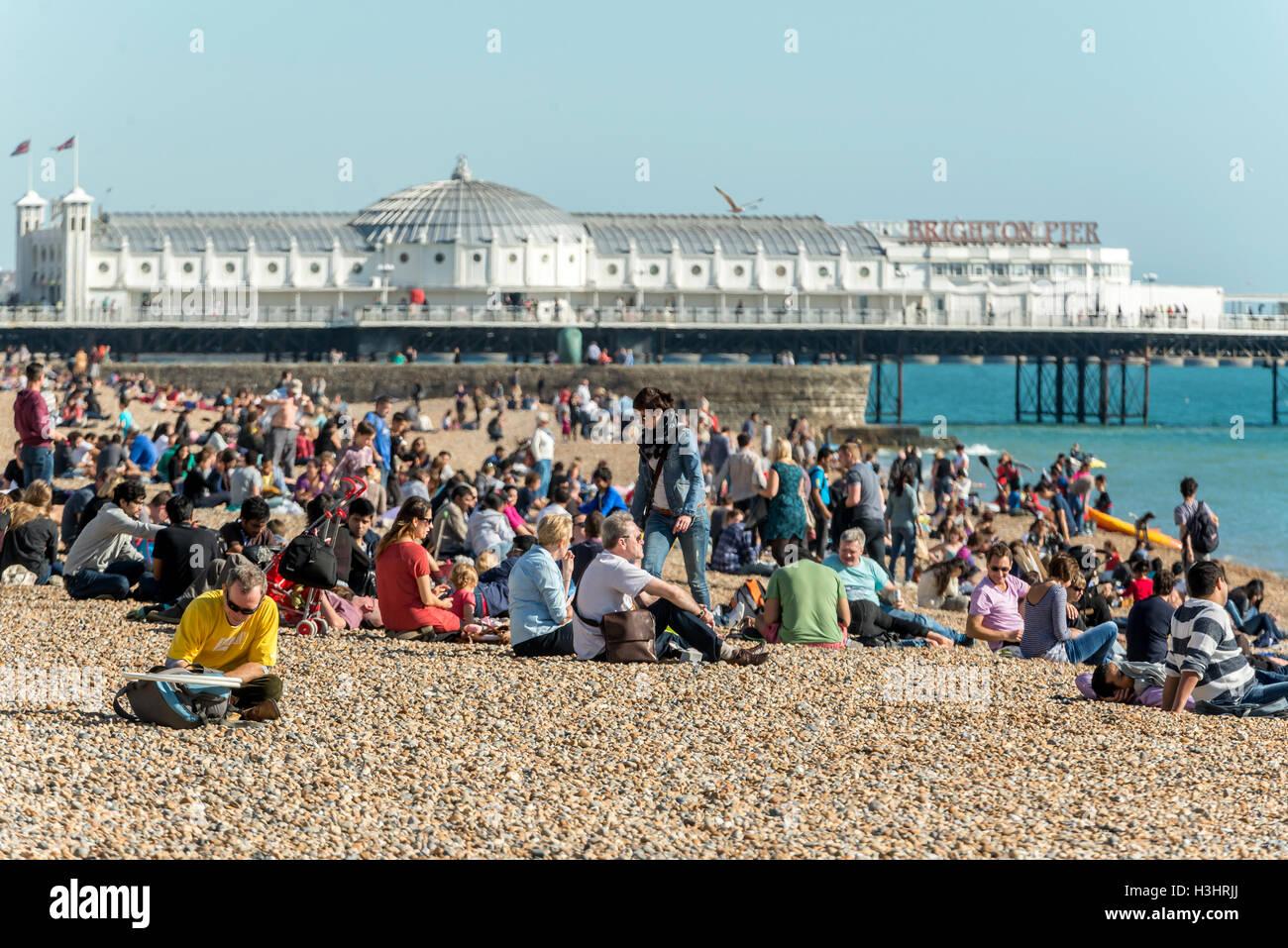 Brighton Beach an einem warmen Herbst Nachmittag. Stockbild