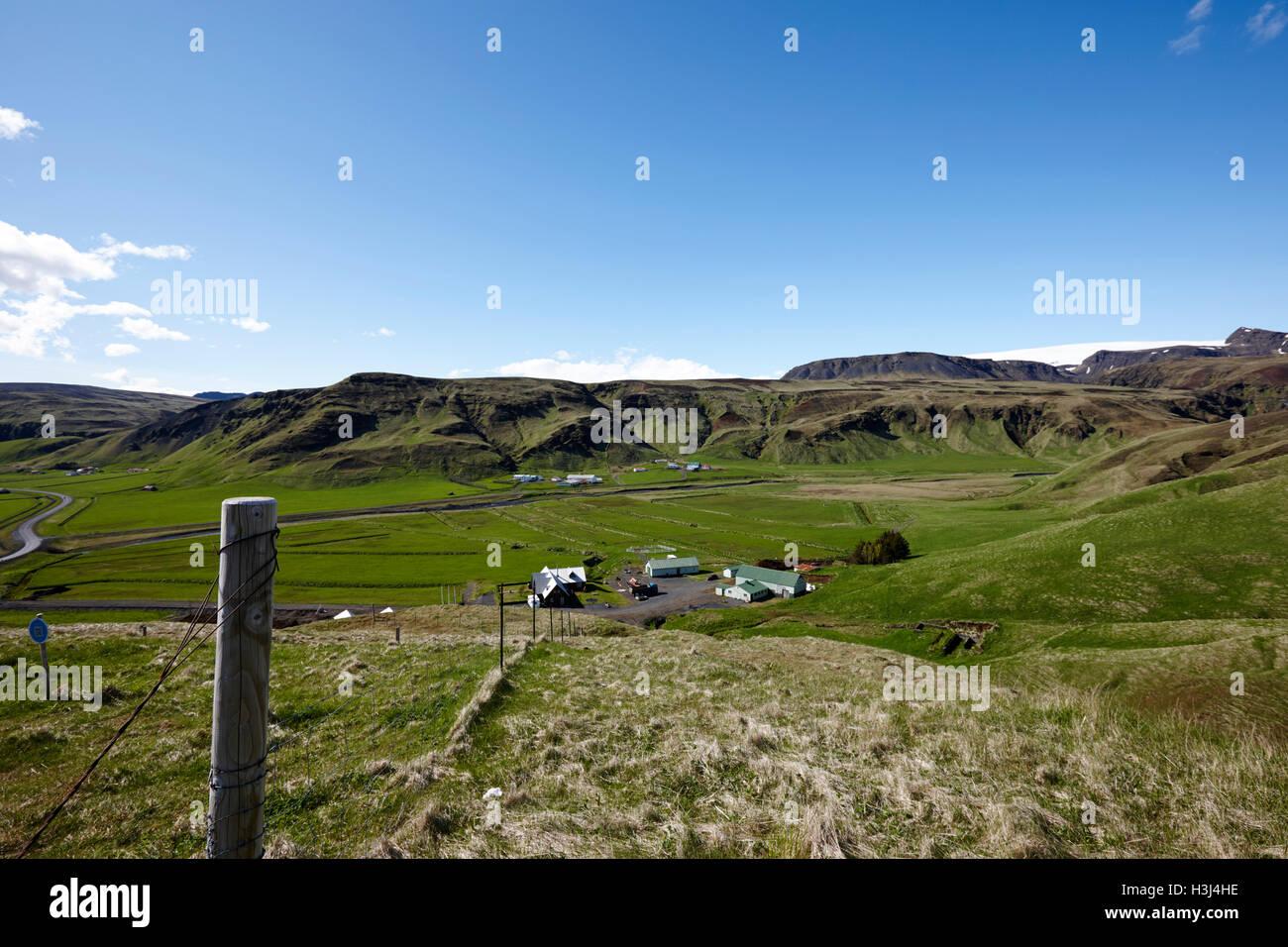 Bauernhöfe in üppigen fruchtbaren Tal im Süden Islands Stockbild