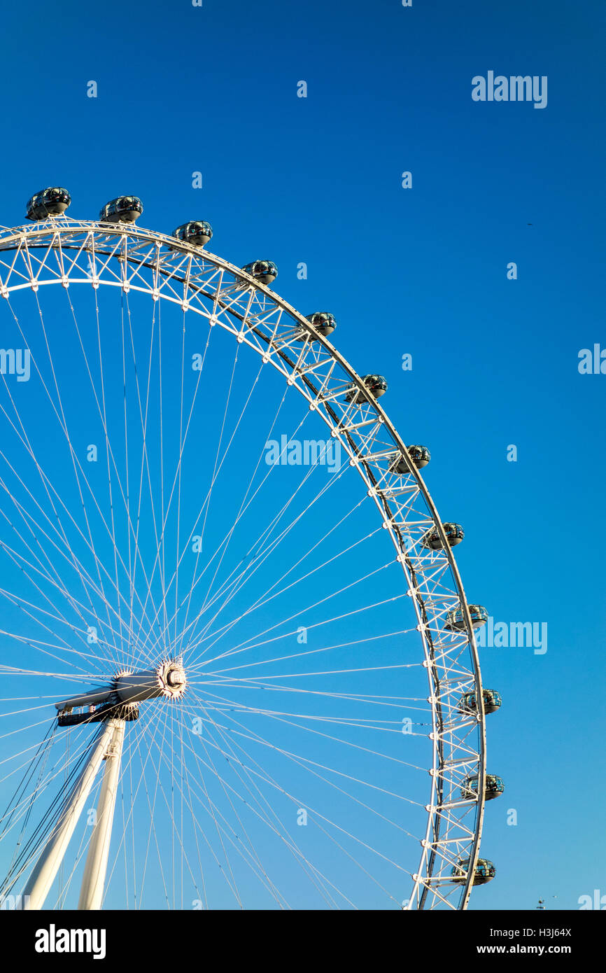 London Eye vor blauem Himmel Stockbild