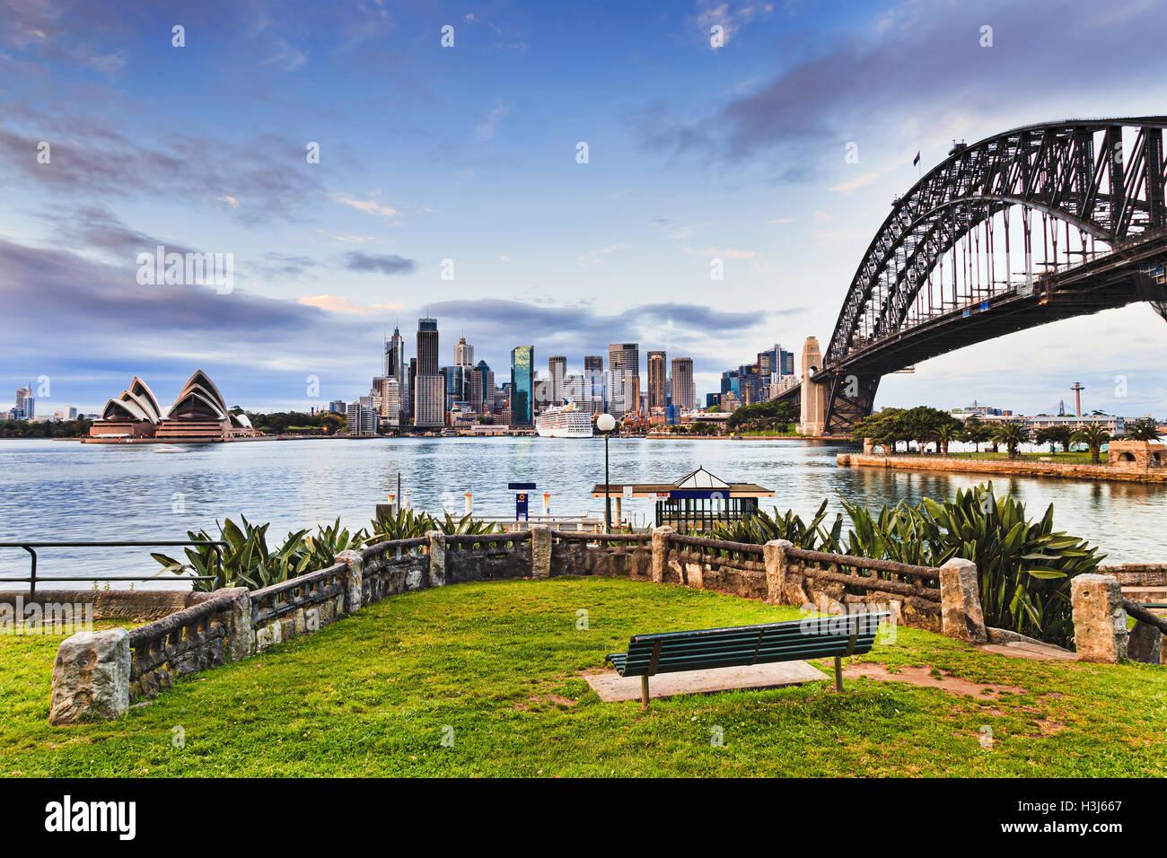 Grasgrün und Bank im Erholungspark Zone Kirribilli Vorort von Sydney über Hafen aus die wichtigsten Sehenswürdigkeiten Stockfoto