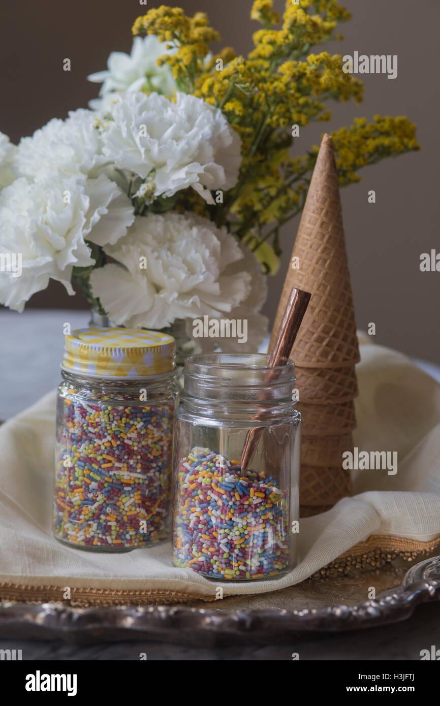 Eistüten und Streuseln, mit Blumen Stockbild