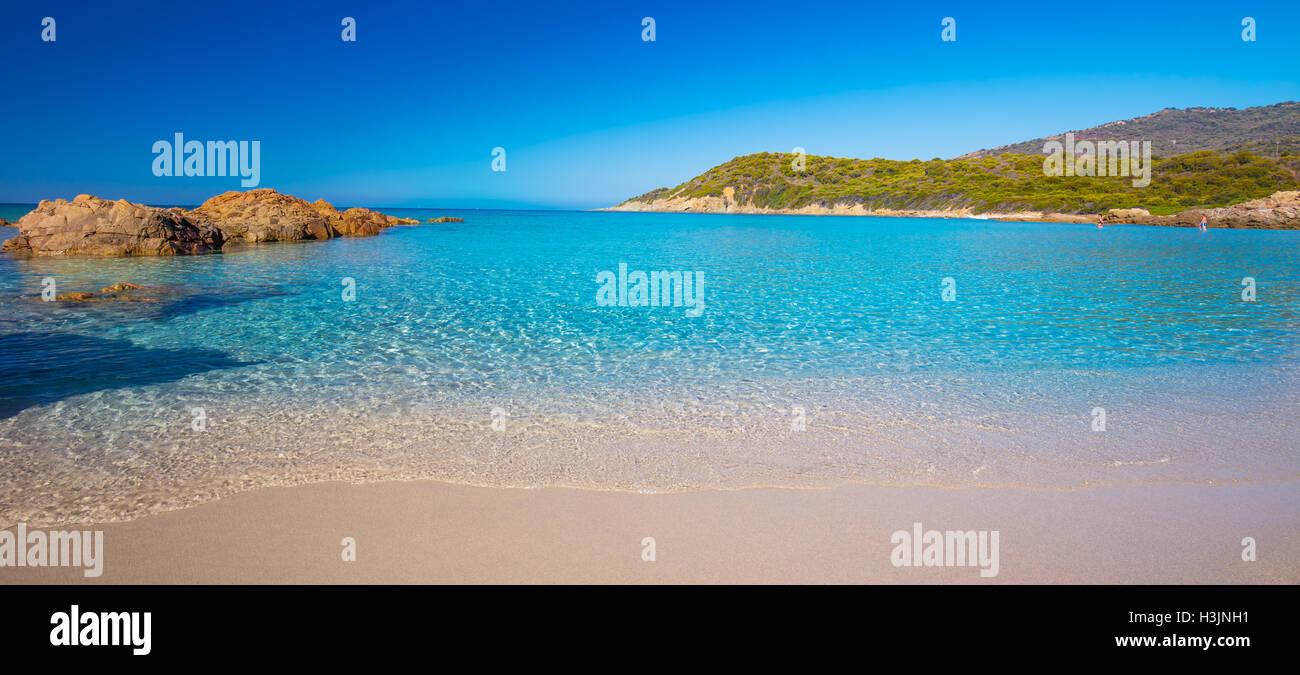 Schöner Sandstrand mit Felsen und Tourquise klares Wasser in der Nähe von Cargese, Korsika, Frankreich, Stockbild
