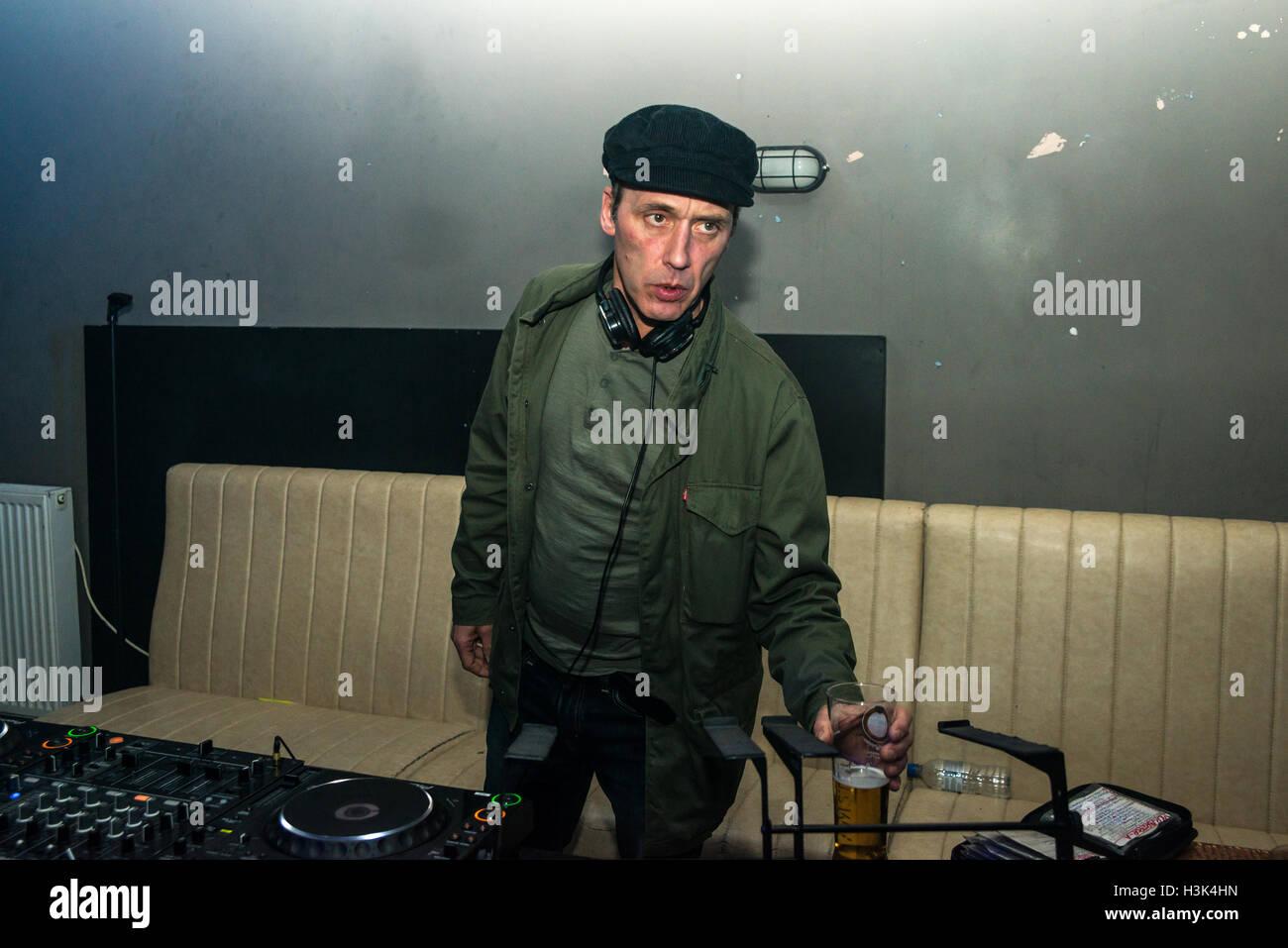 London UK, 8. Oktober 2016. Oasis und Noel Gallagher Tour DJ Phil Smith Djing auf dieses Gefühl präsentiert, Nambucca, London. Bildnachweis: Alberto Pezzali/Alamy Live-Nachrichten Stockfoto