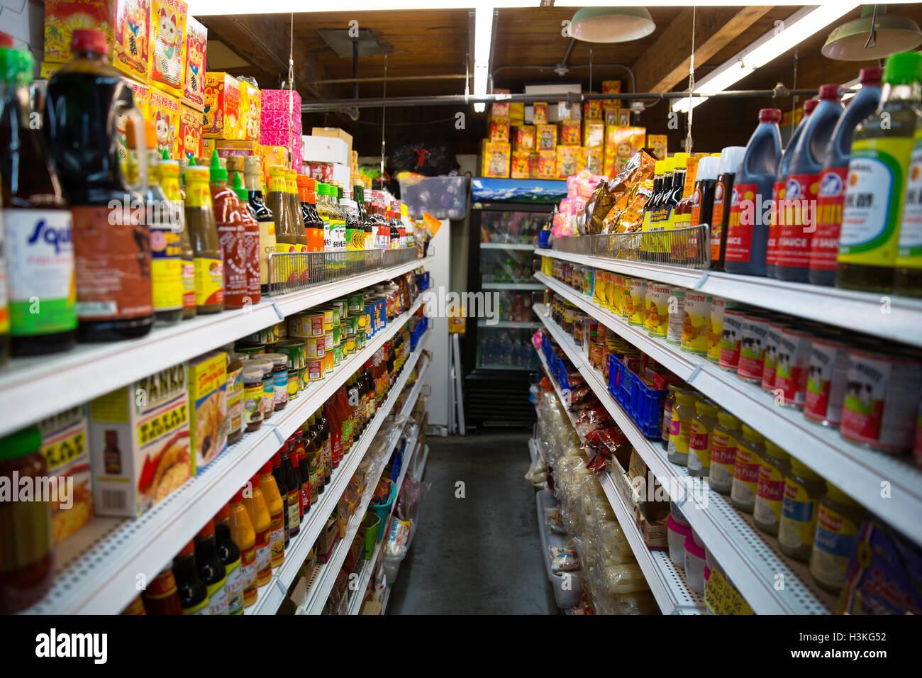 Blick hinunter den Gang in einen ethnischen Supermarkt in Seattle, WA Stockbild