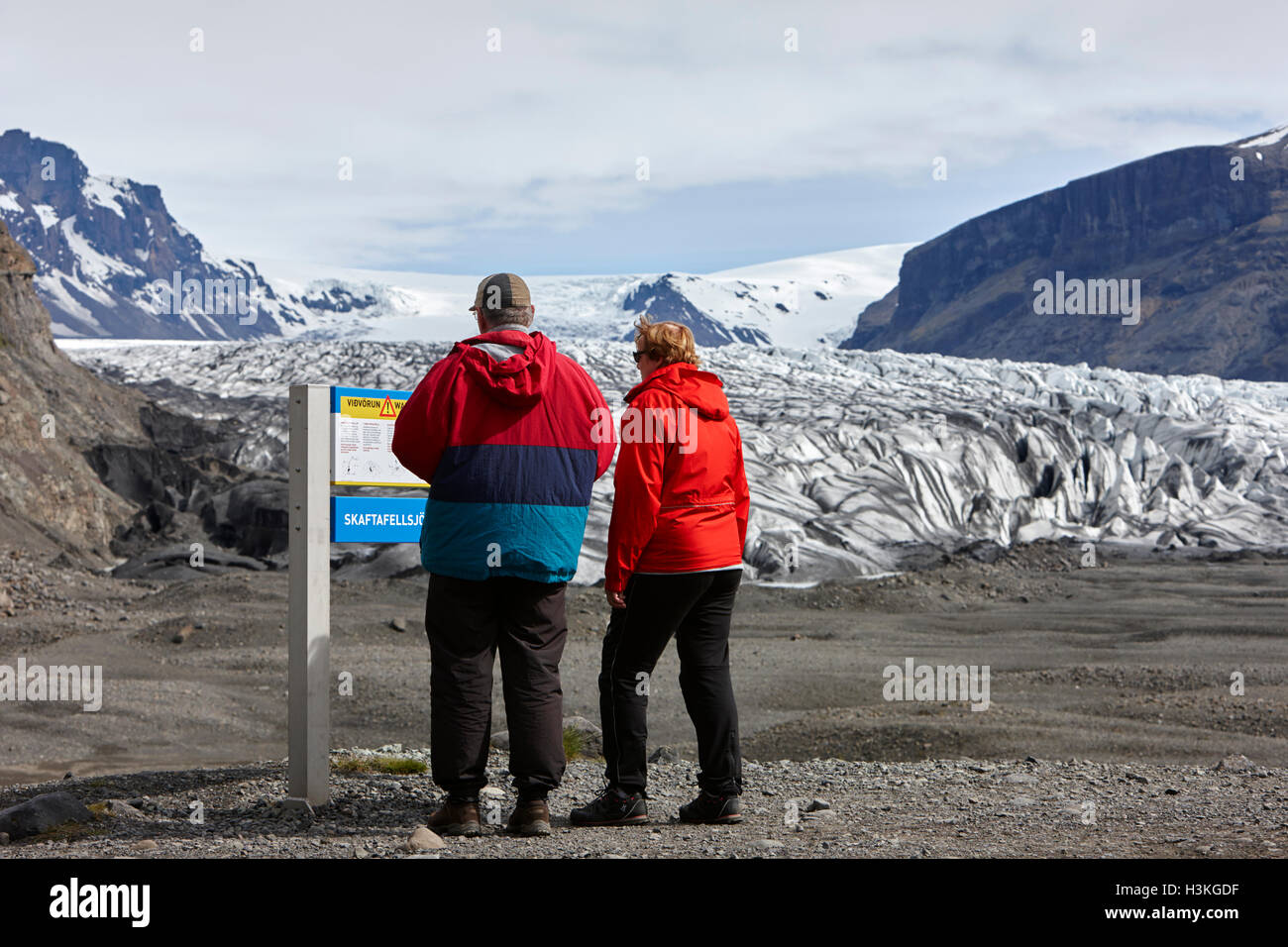 ältere Touristen lesen Warnzeichen am Gletscher Vatnajökull-Nationalpark Skaftafell in Island Stockfoto