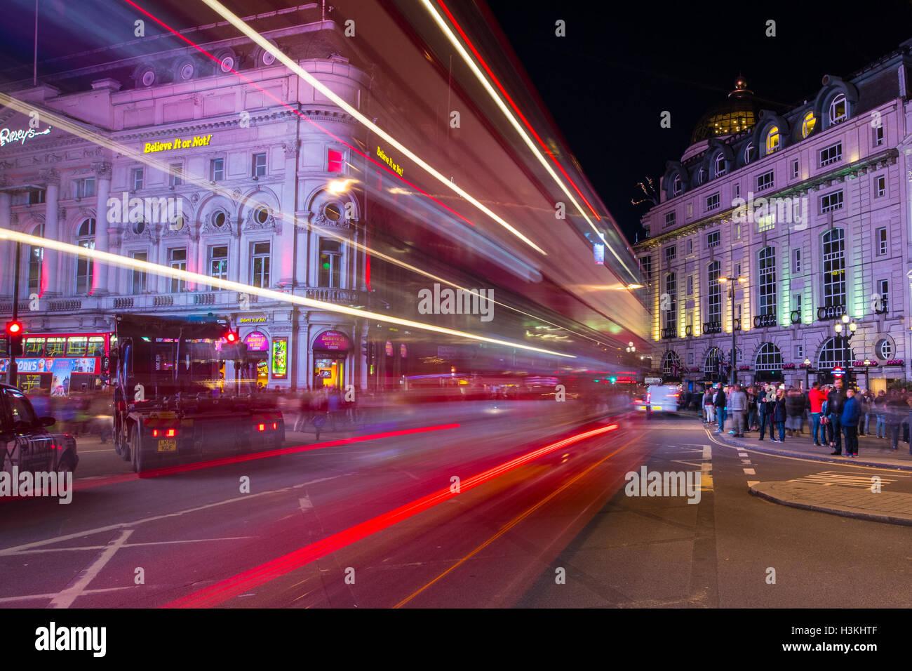 Light Trail Trails am Londoner Piccadilly Circus Stockbild