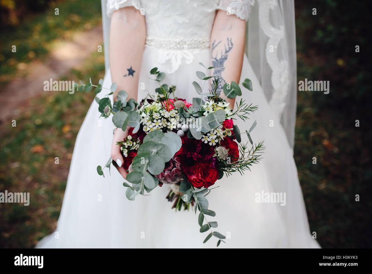 Braut Hochzeit Bouquet hält Stockbild