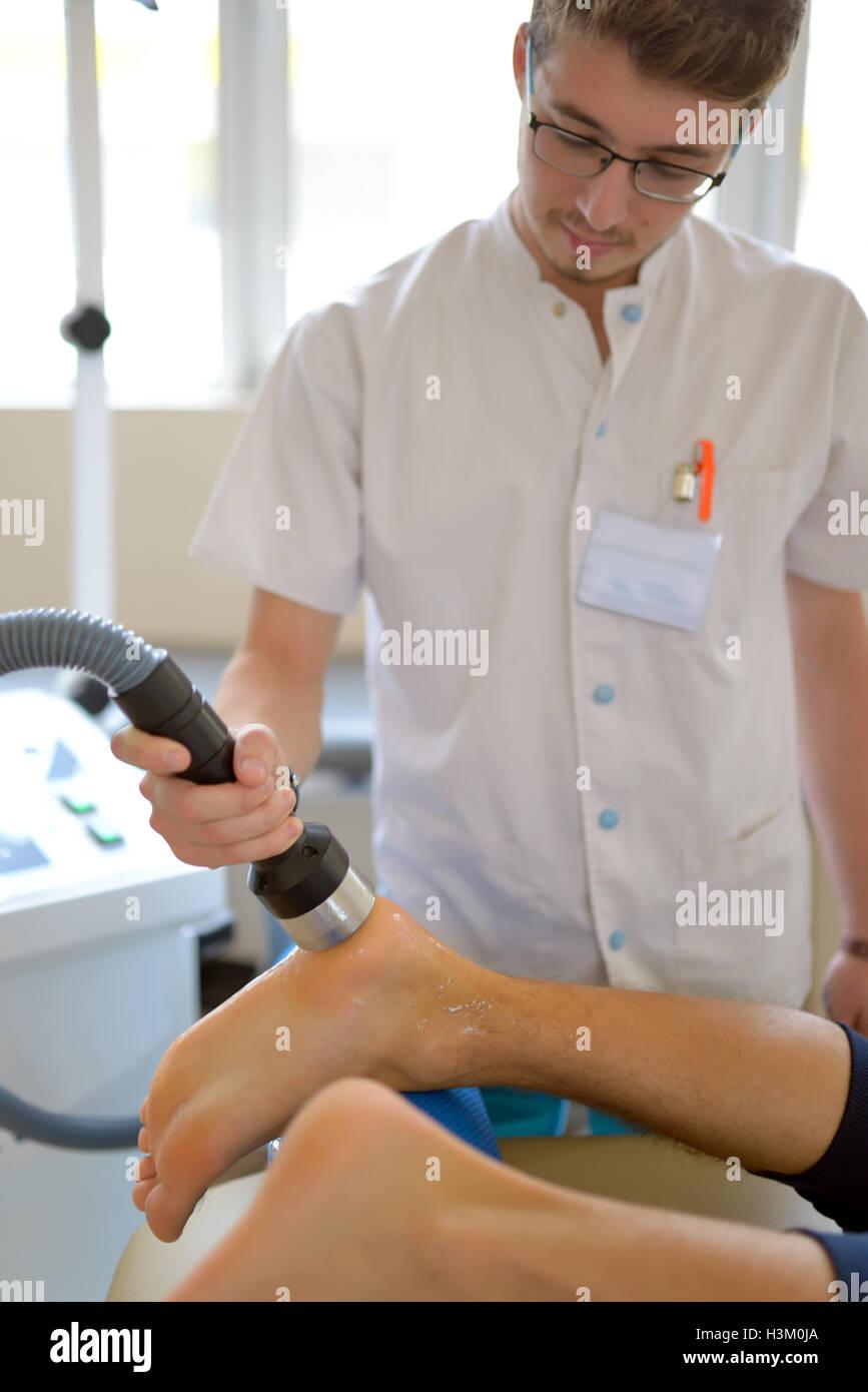 Physiotherapeut führt Ultraschall Physiotherapie Behandlung Stockbild