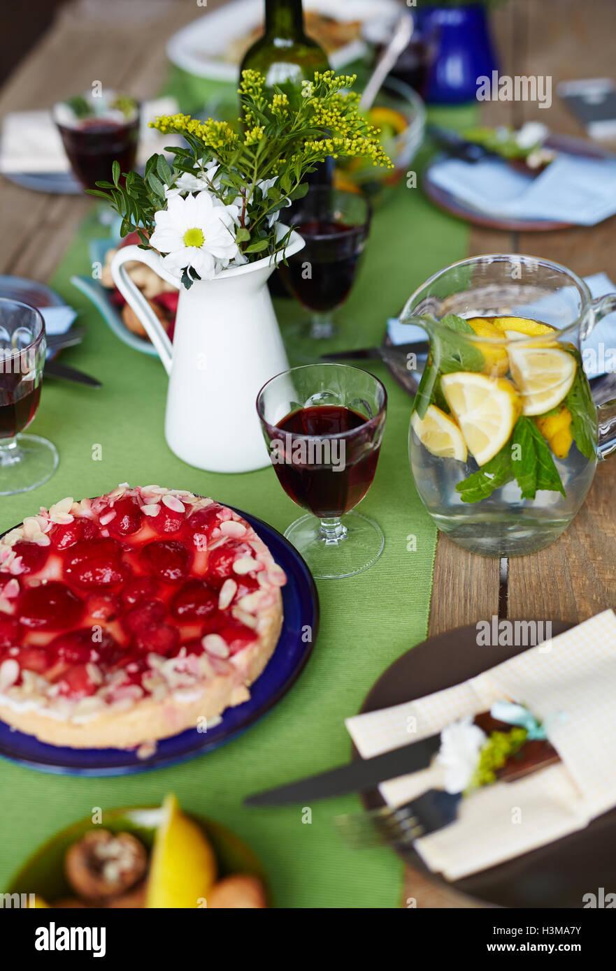 Festliche Speisen am Tisch für Thanksgiving-fest Stockbild