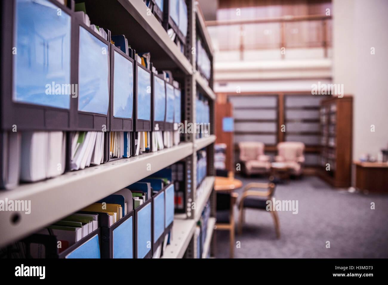 Reihen Von Buro Regale Mit Dateien Und Unterlagen Stockfoto Bild