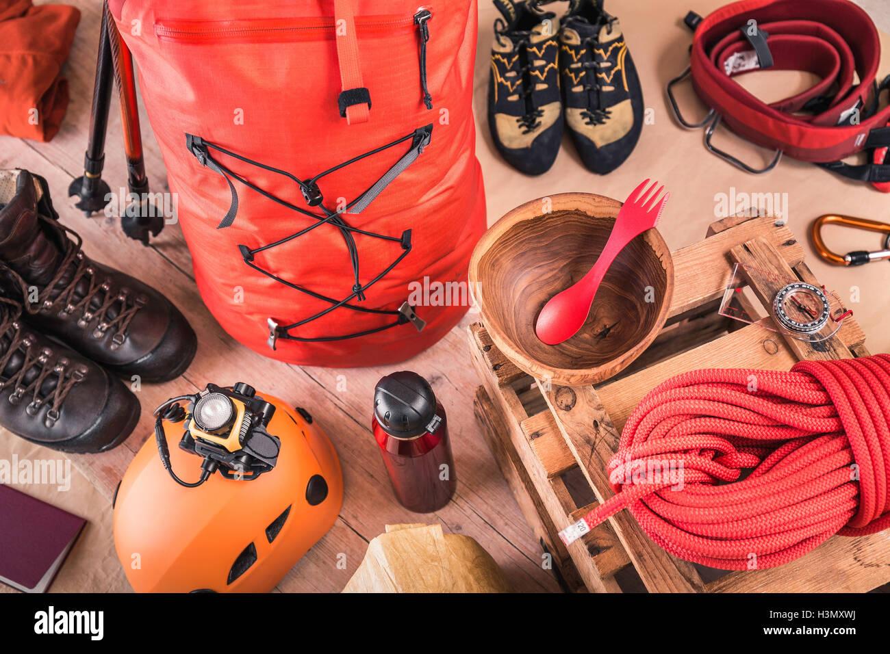 Rucksack Kletterausrüstung : Draufsicht der vorbereiteten kletterausrüstung mit rucksack