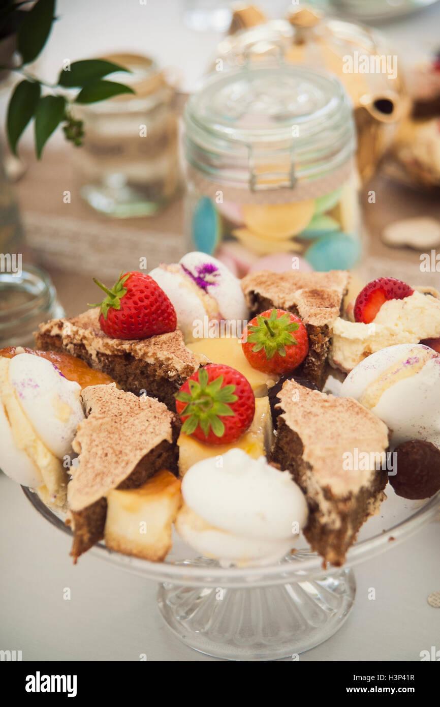 Eine Auswahl an hübschen Kuchen auf einem Ständer Stockfoto