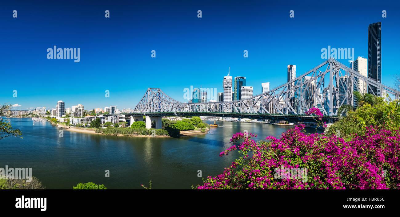 BRISBANE, AUS - 9. August 2016: Panoramablick auf Skyline von Brisbane mit Story-Brücke und den Fluss. Es ist Stockbild