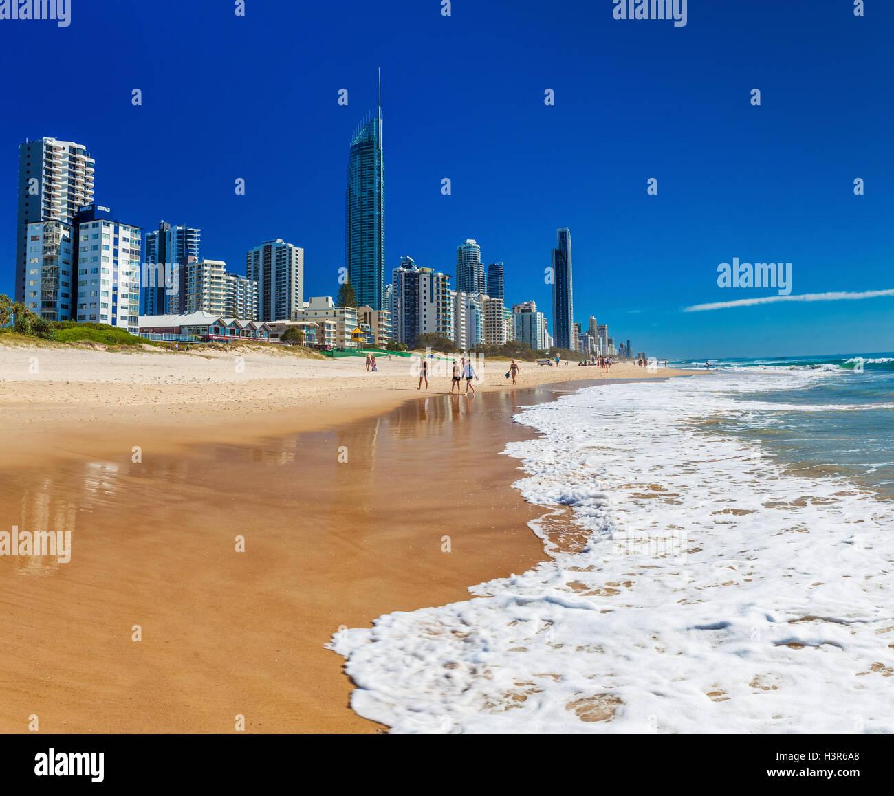 SURFERS PARADISE, ÖST - 5. September 2016 Skyline und ein Strand von Surfers Paradise, Gold Coast. Es eines Stockbild