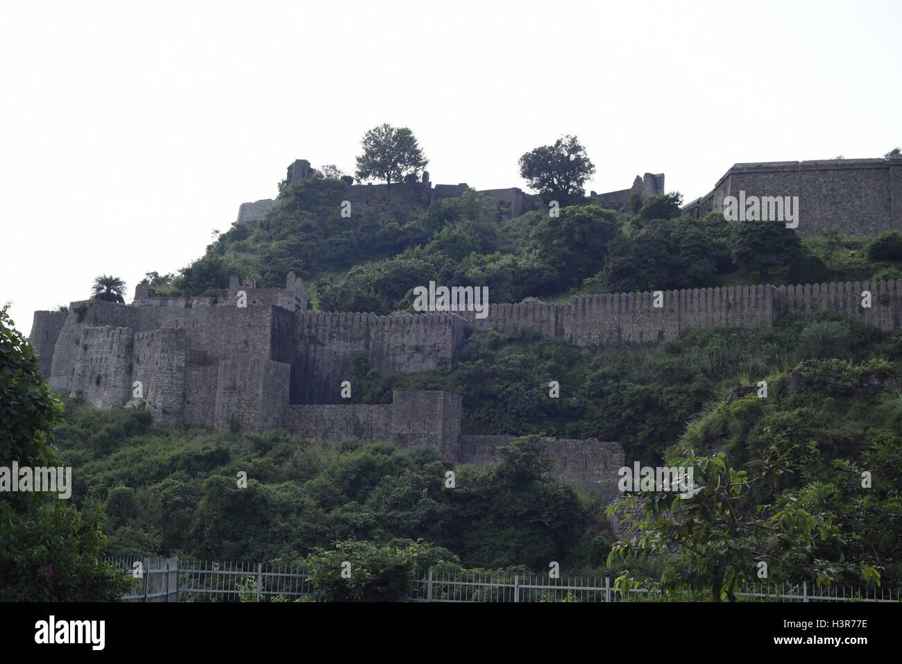 Die historische Architektur Kangra Fort ist befindet sich 20 Kilometer von der Stadt Dharamsala am Stadtrand von Kangra, Indien. Stockfoto