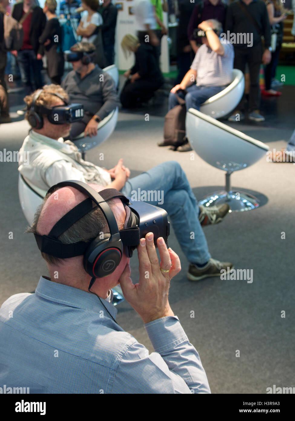 Applying Männer genießen VR-Demonstration auf der Photokina 2016 in Köln Stockbild