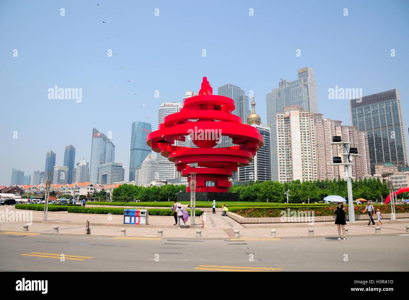 24. Juni 2016.  Qingdao, China.  Chinesische Touristen um das Wahrzeichen Skulptur am 4. Mai in der Stadt Qingdao Stockbild