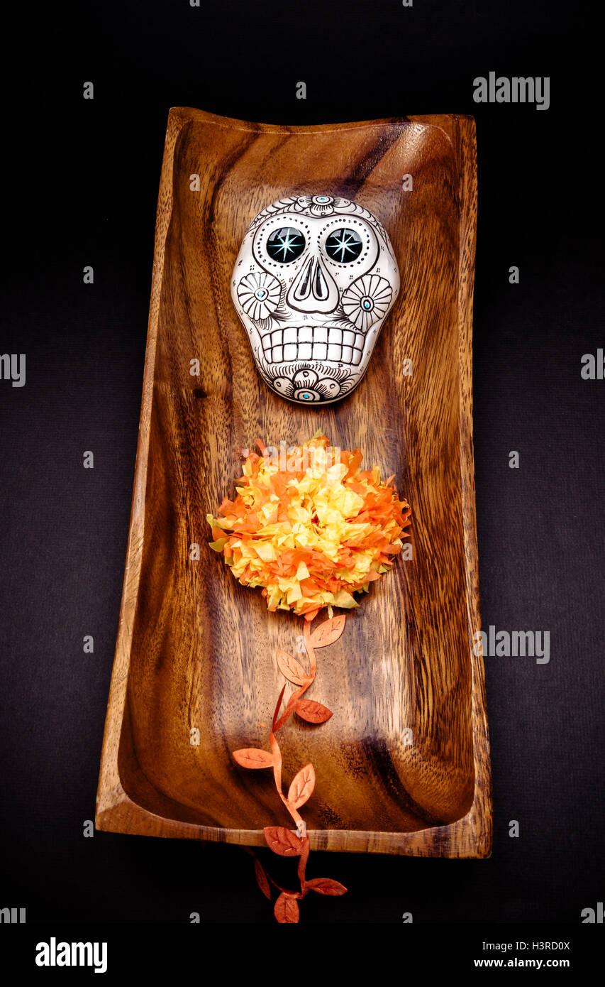 """Zucker Schädel Altar zum """"Dia de Los Muertos"""" feiern, auf schwarzem Hintergrund Stockbild"""