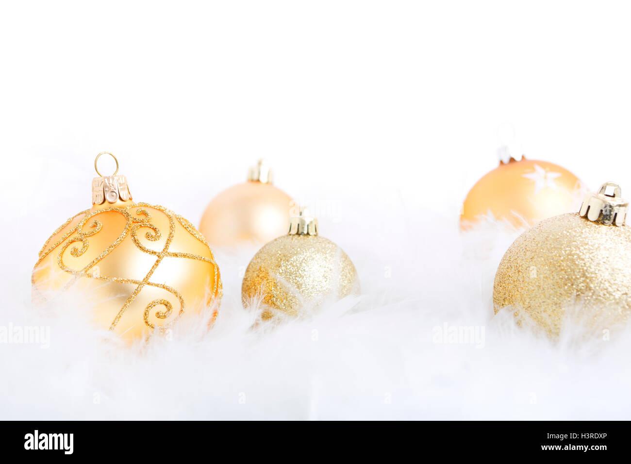 Goldene Weihnachtskugeln.Goldene Weihnachtskugeln Auf Eine Weiche Federleichte Oberfläche Mit