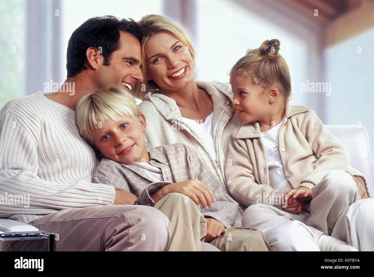 Familie, Couch, lachen, glücklich, kuscheln, harmonisch Familien, paar, Eltern, Kinder, zwei, jungen, Mädchen, Stockbild