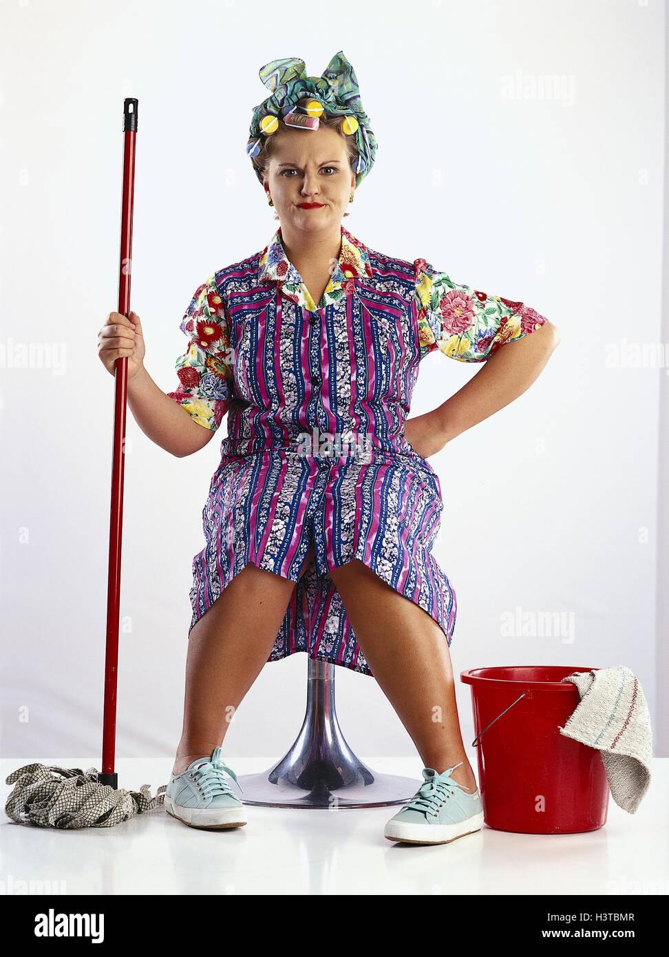 hausfrau sch rze lockenwickler sit saubere reinigung eimer wischte mop mimik studio. Black Bedroom Furniture Sets. Home Design Ideas