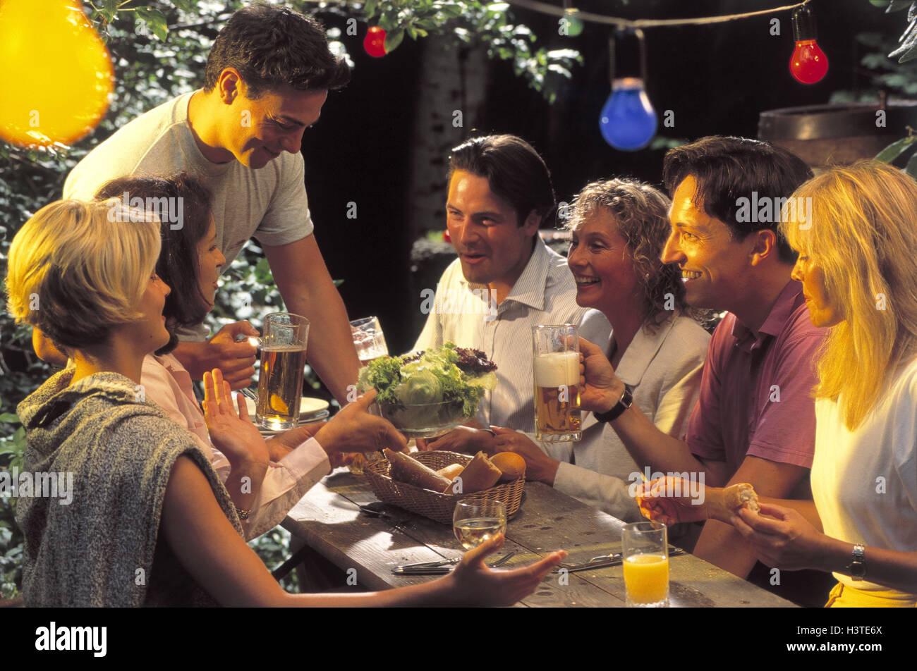 Biergarten, Menschen, jung, Bierkrüge, geschmolzen, lachen, Gartenparty, Gruppe, Männer, Frauen, Freunde, Stockbild
