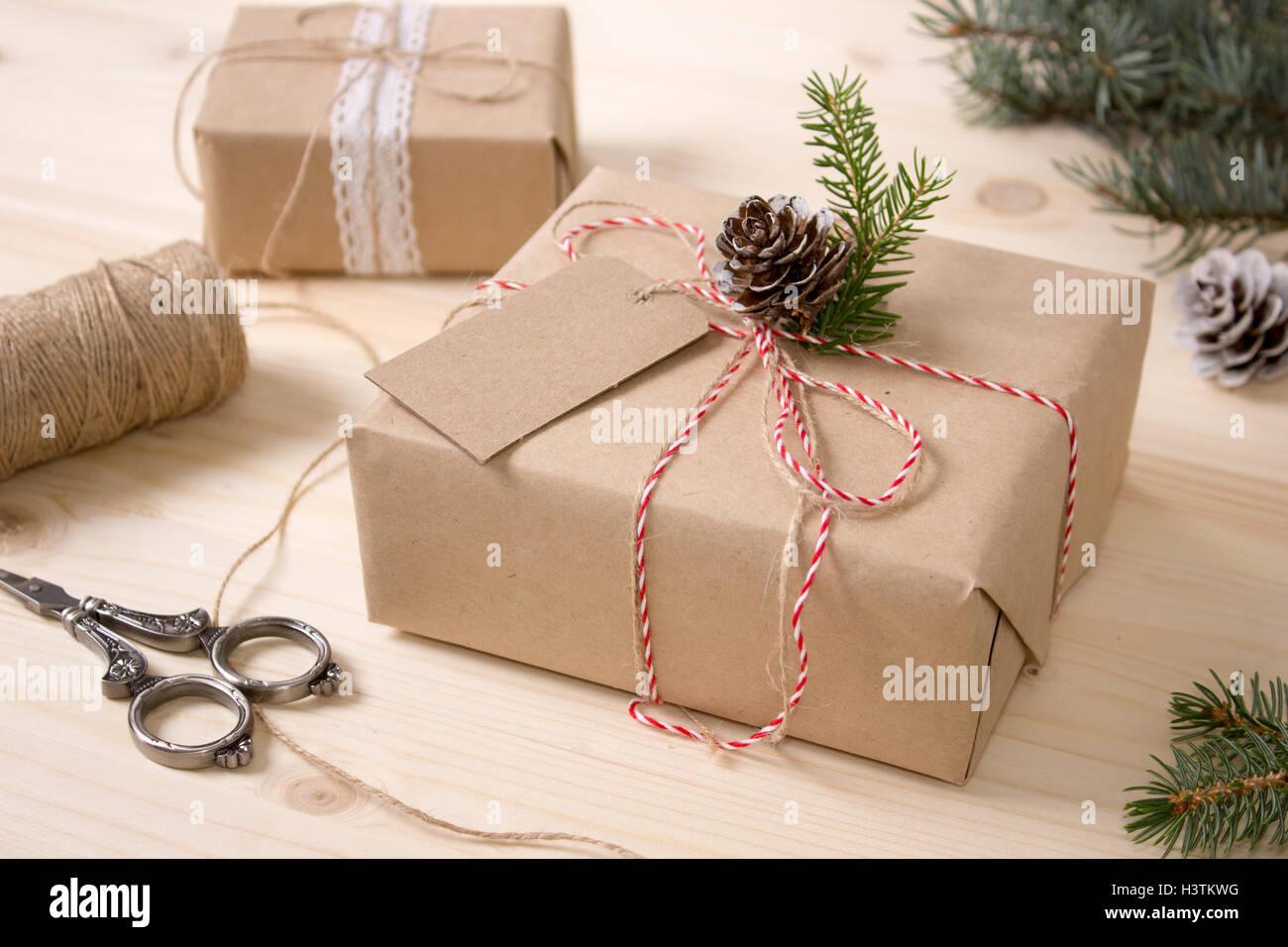 Weihnachten Geschenk Box mit Mock-up-Tag. Fertige Gegenstände ...