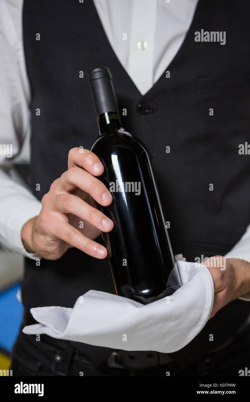 Barkeeper servieren Flasche Wein im Bartheke Stockfoto, Bild ...