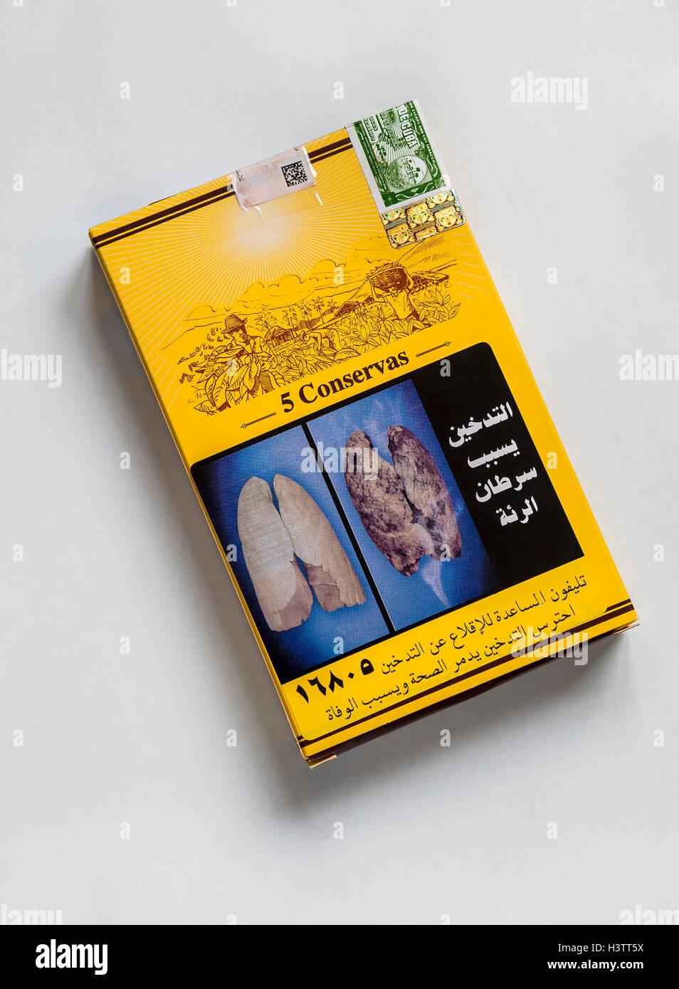 Kubanische Zigarren im ägyptischen Zigarrenkiste mit schockierenden Bildern Stockbild