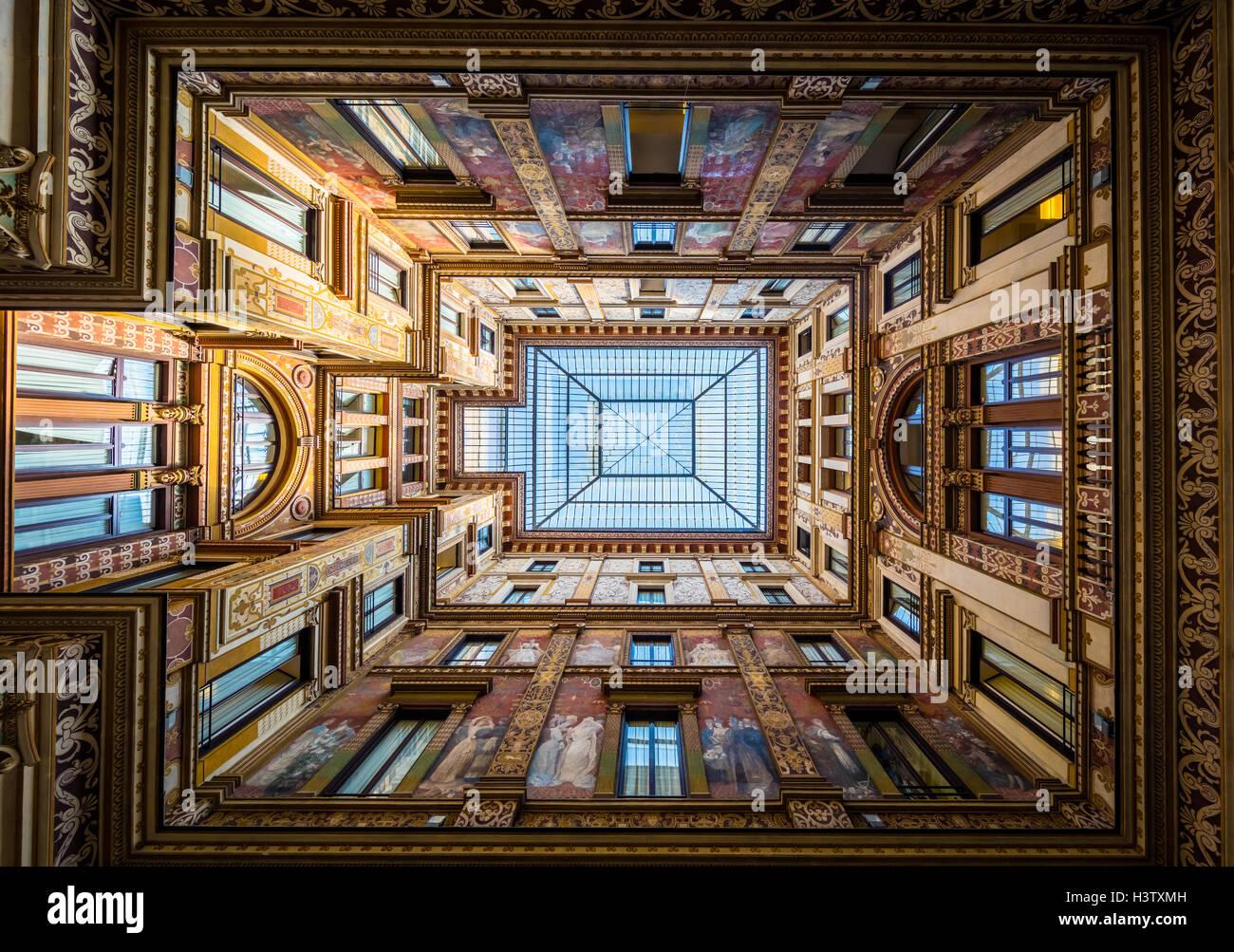 Innenhof der Galleria in Rom, Italien Stockbild