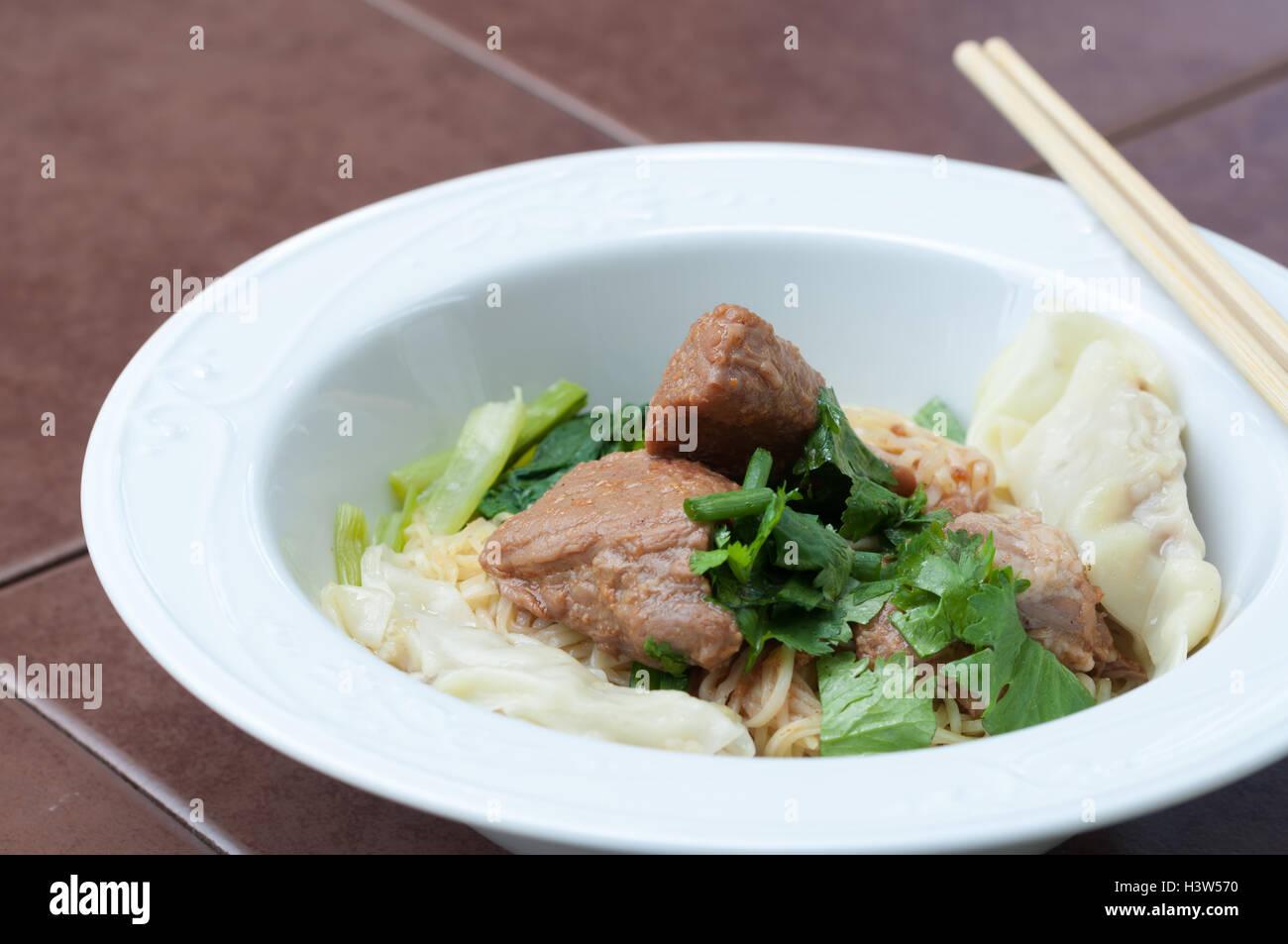 Eiernudeln mit köstlich geschmortes Schweinefleisch und Knödel, zugemacht. Stockbild