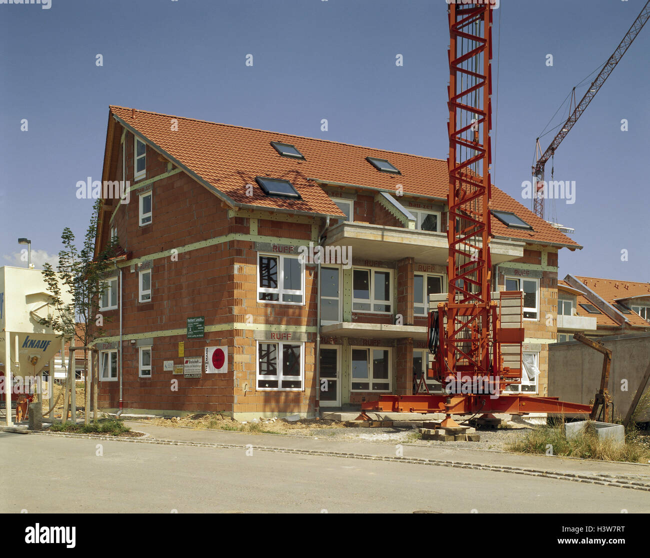 crane construction house stockfotos crane construction house bilder alamy. Black Bedroom Furniture Sets. Home Design Ideas