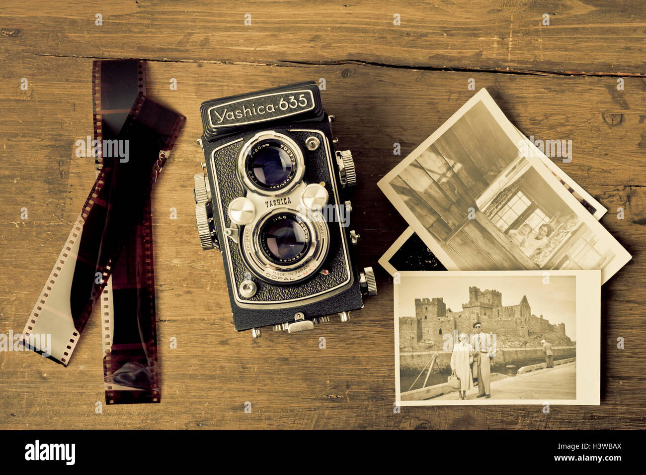 Vintage Yashica Kamera und Fotos Stockbild