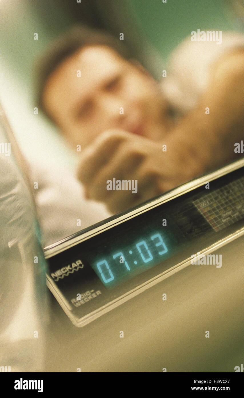 Bett, Mann, Geste, Radiowecker, put heraus innen, Lüge, Schlaf, Erwachen Zeit, aufstehen, Hand, Wecker, express, Stockbild