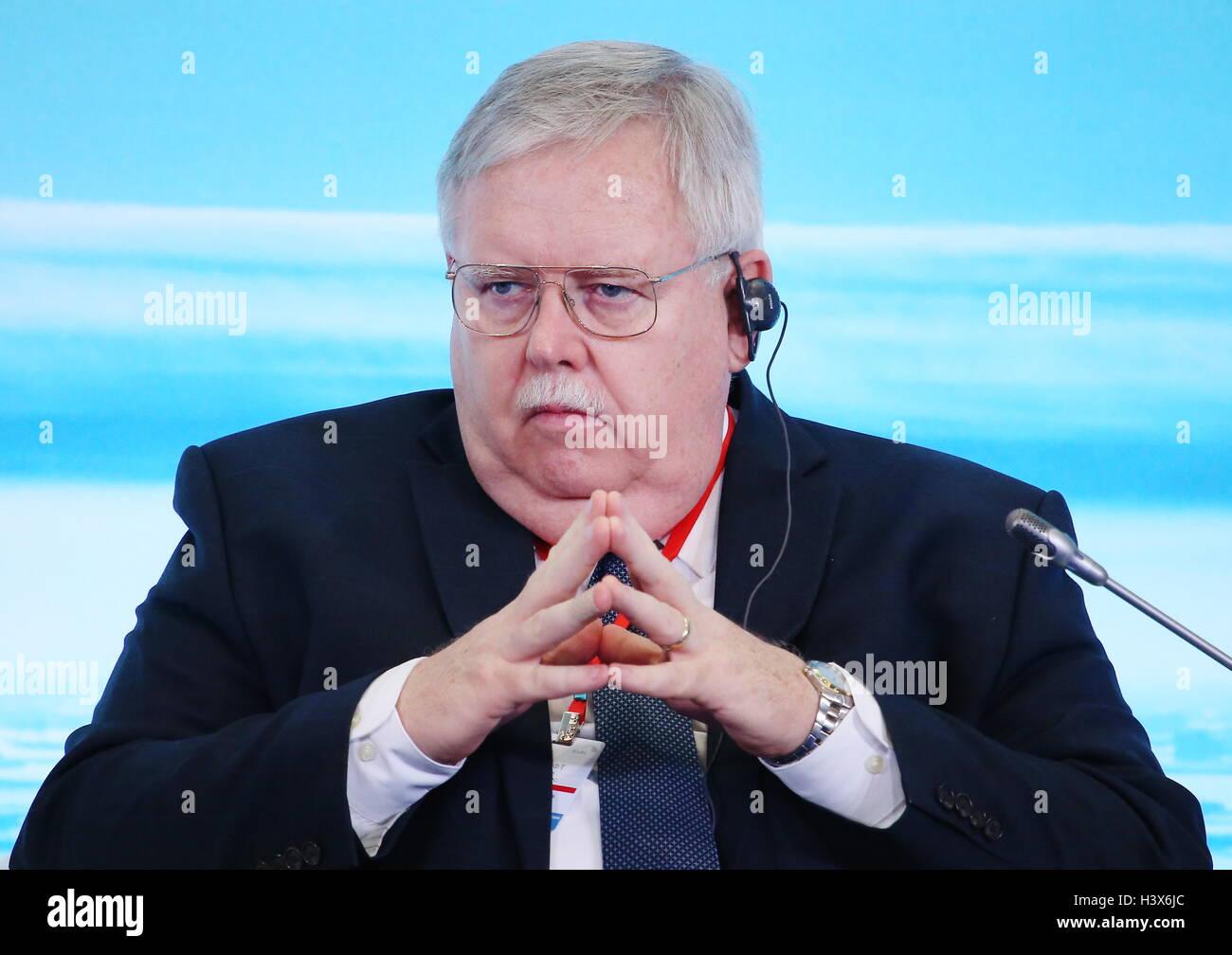 """Moskau, Russland. 13. Oktober 2016. US-Botschafter in Russland John Teff besucht eine Konferenz mit dem Titel """"internationale Stockbild"""