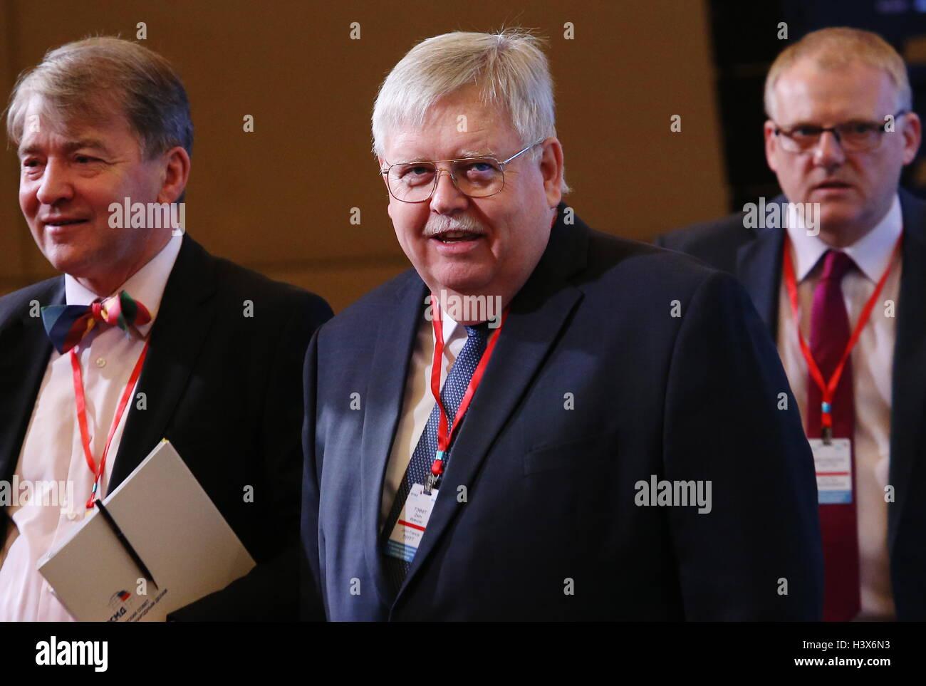 """Moskau, Russland. 13. Oktober 2016. US-Botschafter in Russia John Tefft (C) bei einer Konferenz mit dem Titel """"internationale Stockbild"""