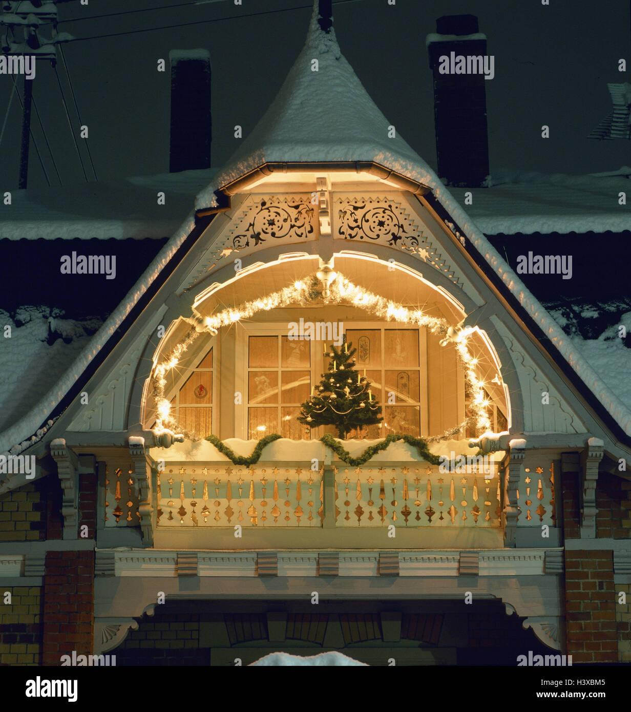 Wohnhaus, Giebel, Balkon, Weihnachtsdekoration, Abend, Deutschland ...