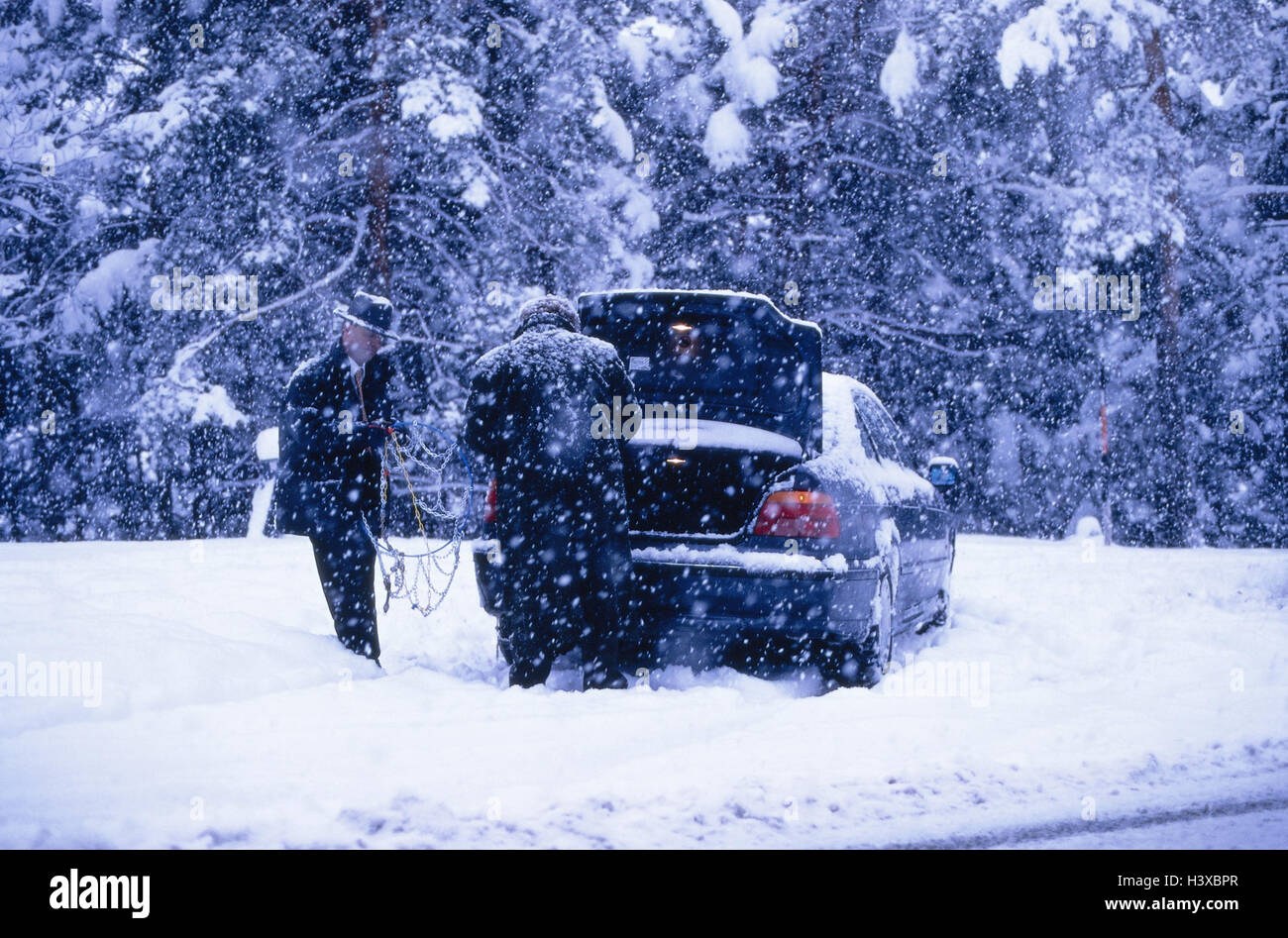Schneefall, Auto, Straße, Männer, zwei, Anti-Rutsch-Ketten, bearbeiten! nur redaktionell! Winter, Straße, Stockbild