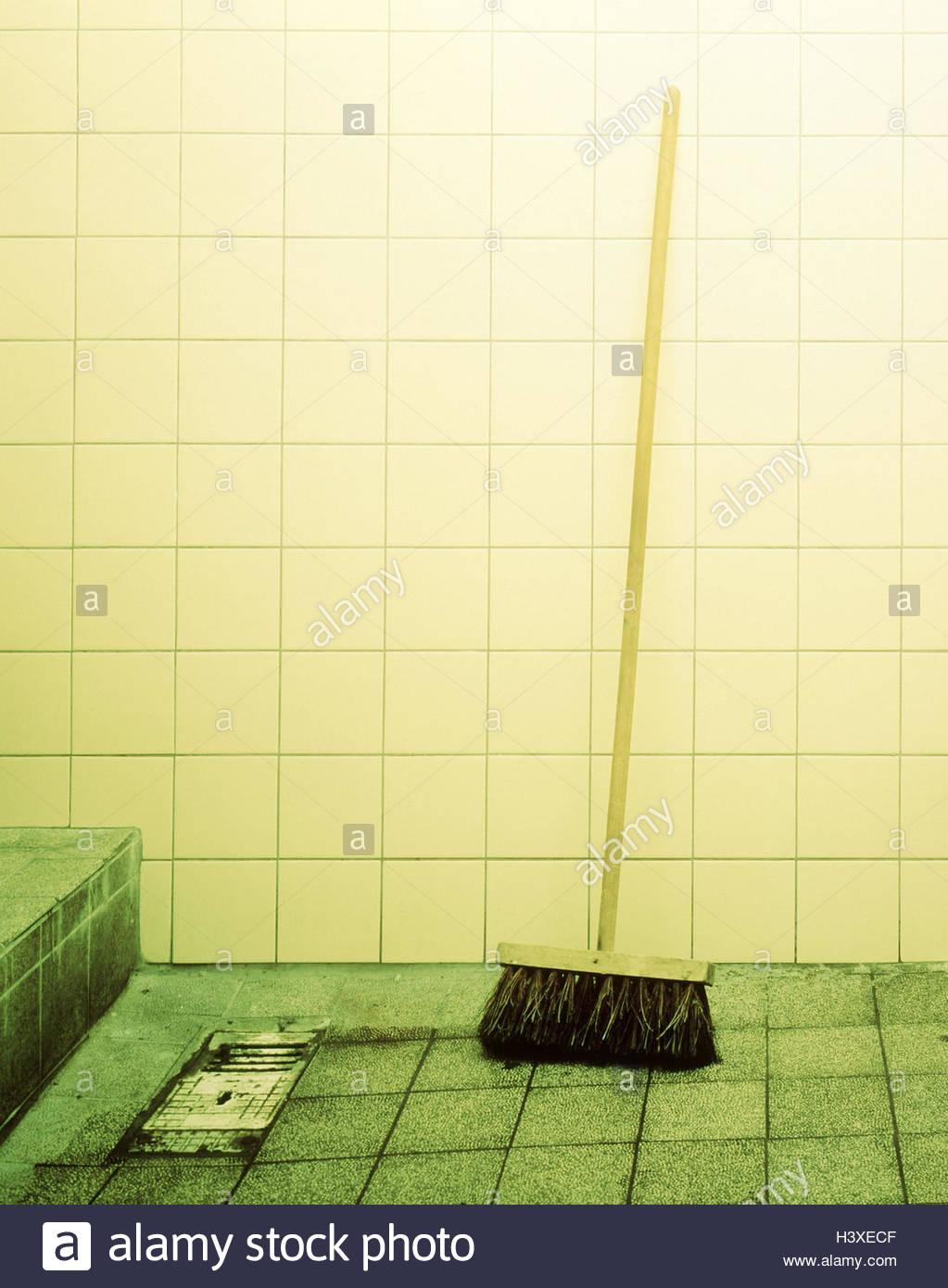 Waschraum Fliesenboden Abtropfen Lassen Besen Manipuliert - Fliesen reinigen gerät