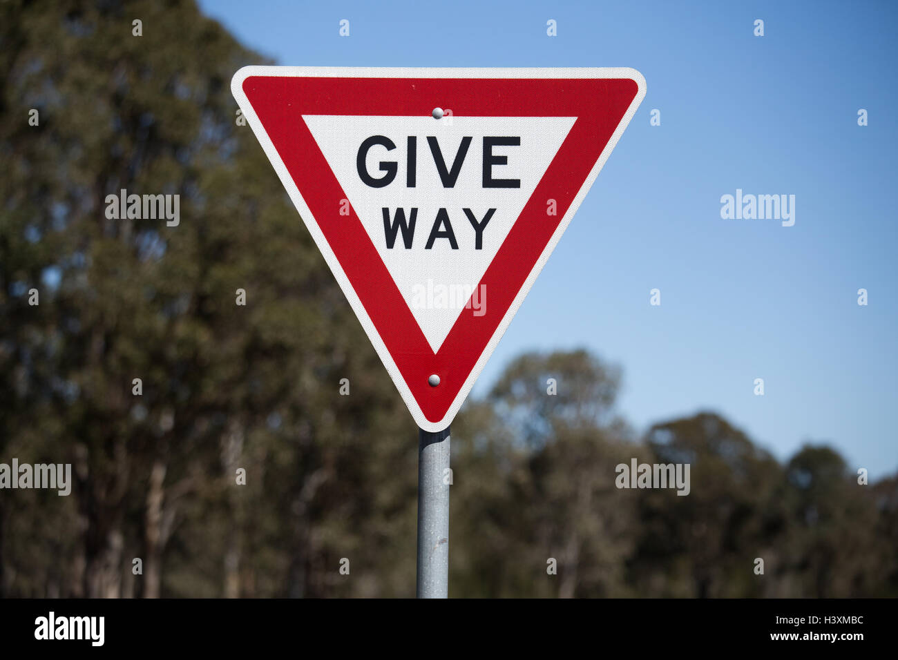 Wege-Schild, Vorfahrt oder Ertrag für den entgegenkommenden Verkehr zu geben. Stockbild