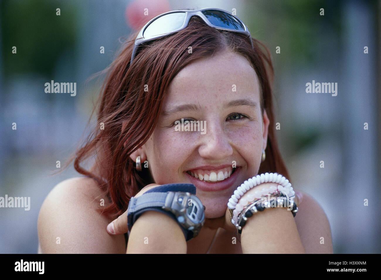 Teenager Mädchen, Brille, Uhr, Armbänder, Lächeln, Porträt, Teenager, draußen, Jugendlicher, Mädchen, Jugendliche, Stockfoto