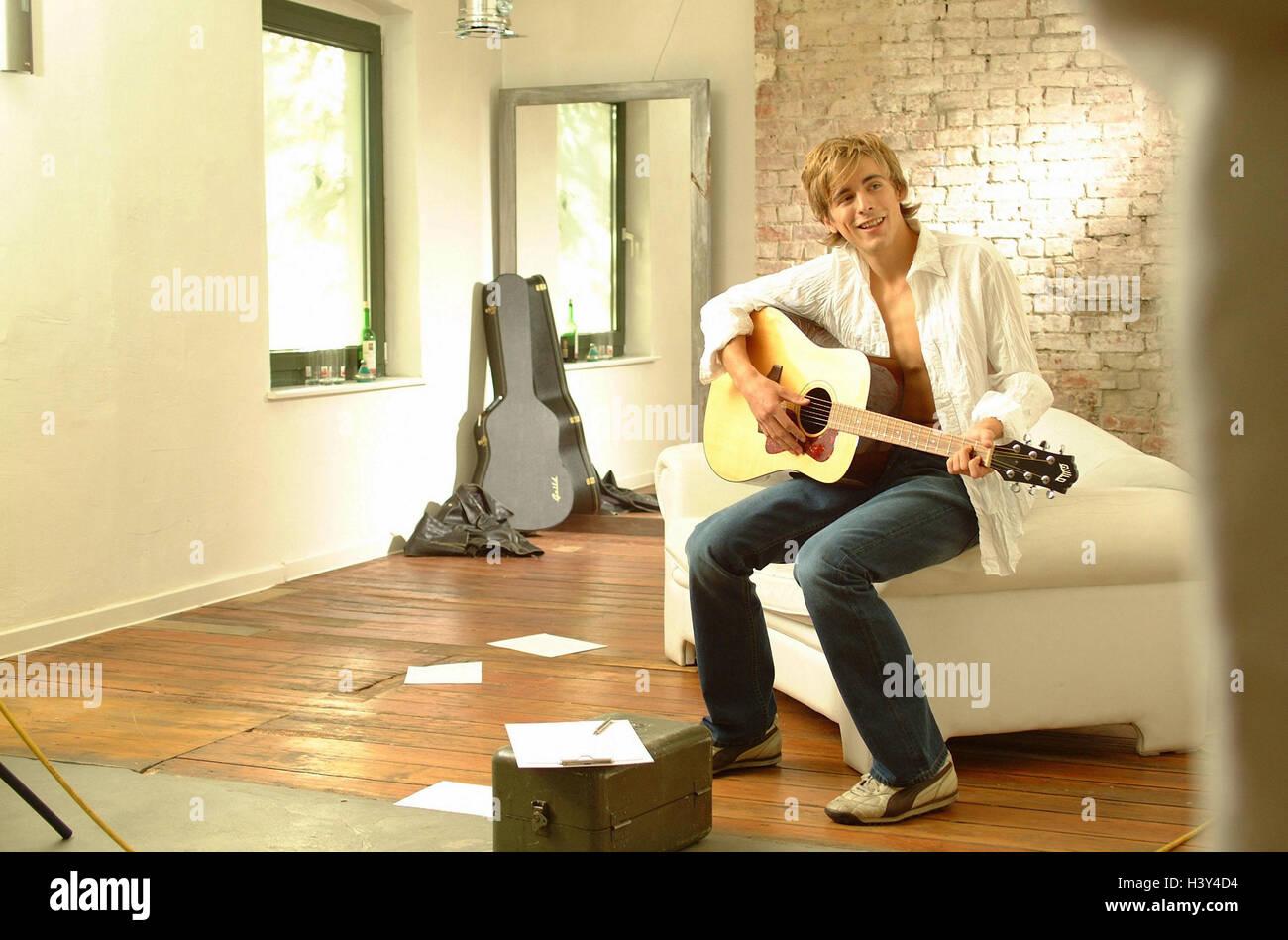 Loft, Gitarrist, Wohnfläche, Mann, jung, Gitarre, spielen, Gitarrist, Musik, musizieren, komponieren, Musikinstrument, Stockbild
