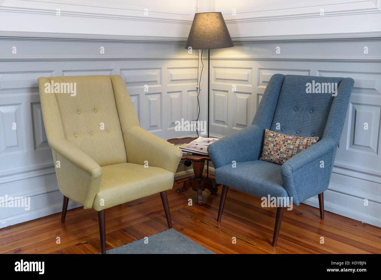 Zwei Sessel Und Eine Stehlampe Auf Eine Lese Ecke Stockfoto Bild