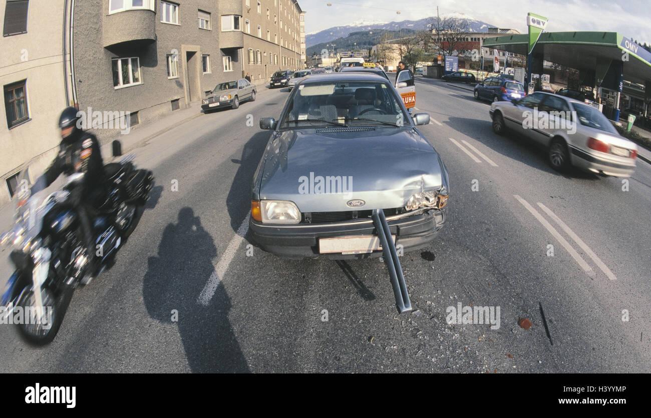Stadt, Verkehr, Unfall, Schäden an der Karosserie Mark machen ...