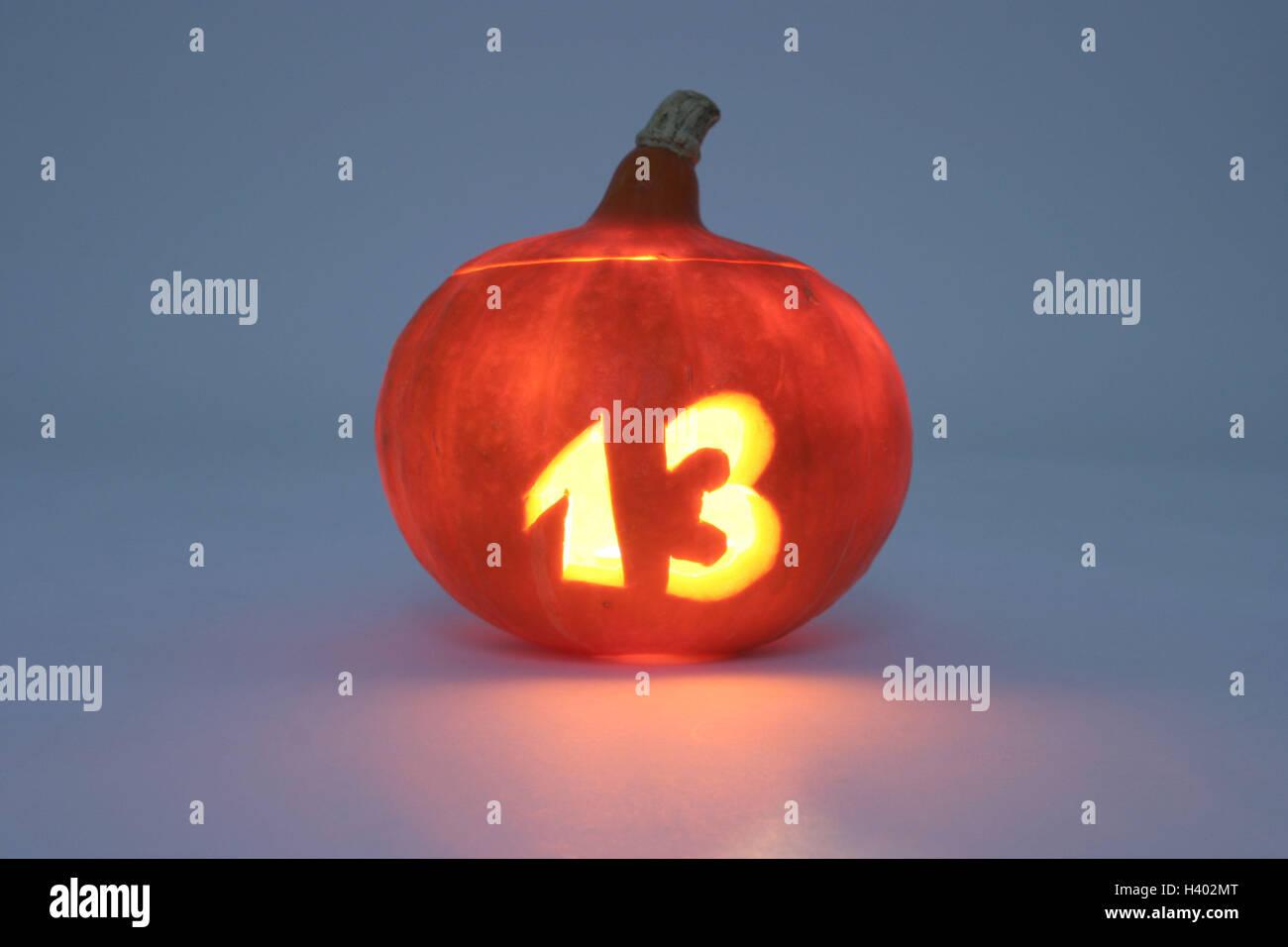Aberglaube Unglück kürbis schnitzen nummer 13 leuchtende zahl dreizehn glück zahl