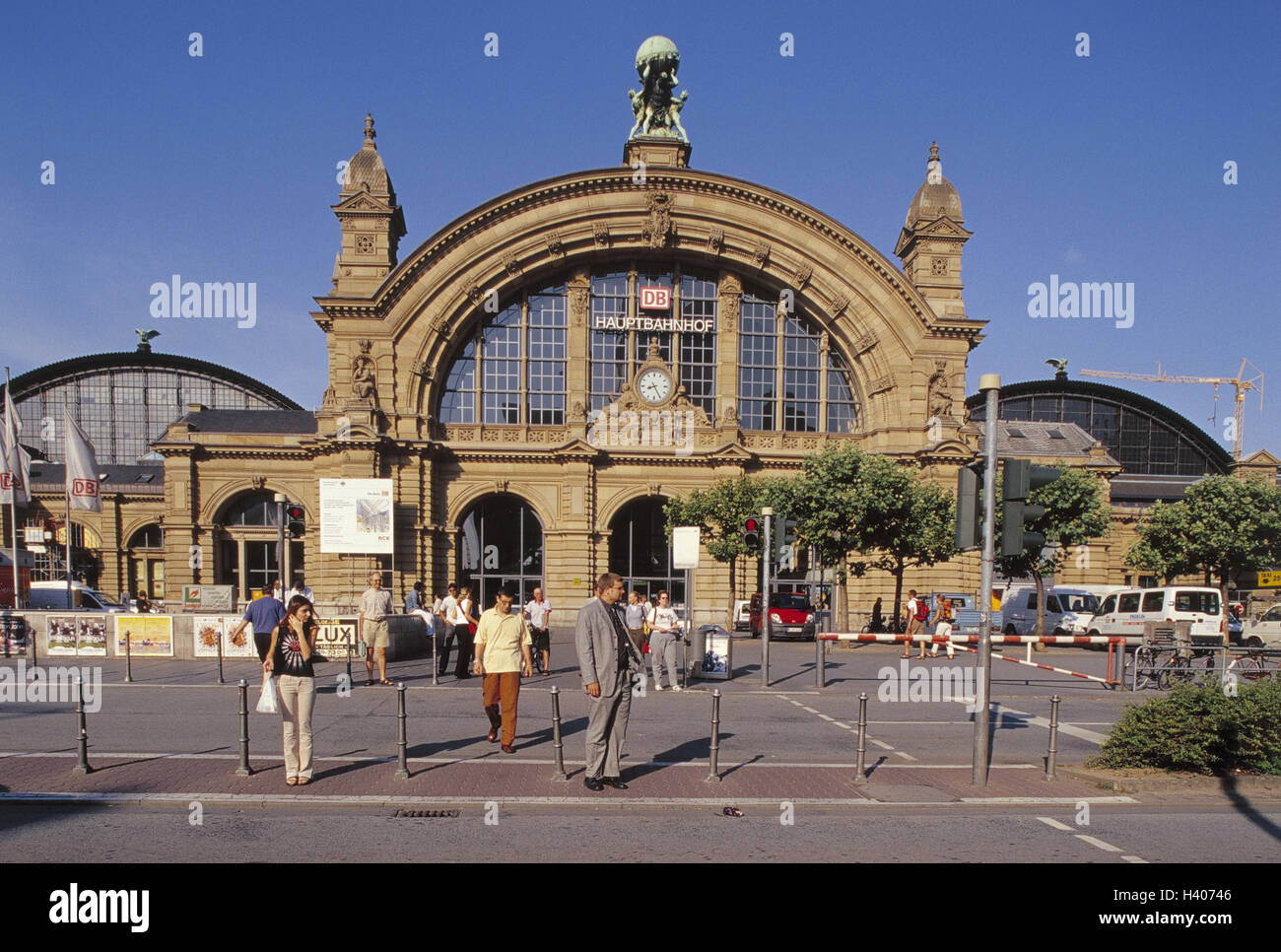 Deutschland Hessen Frankfurt Main Hauptbahnhof Passanten