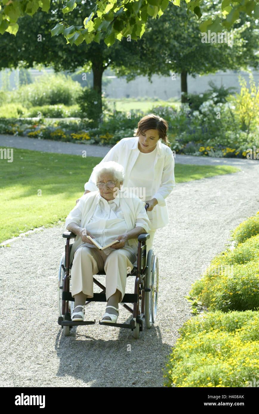 senior ung ltig rollstuhl buch lesen alte krankenschwester schieben laufen unterhaltung. Black Bedroom Furniture Sets. Home Design Ideas