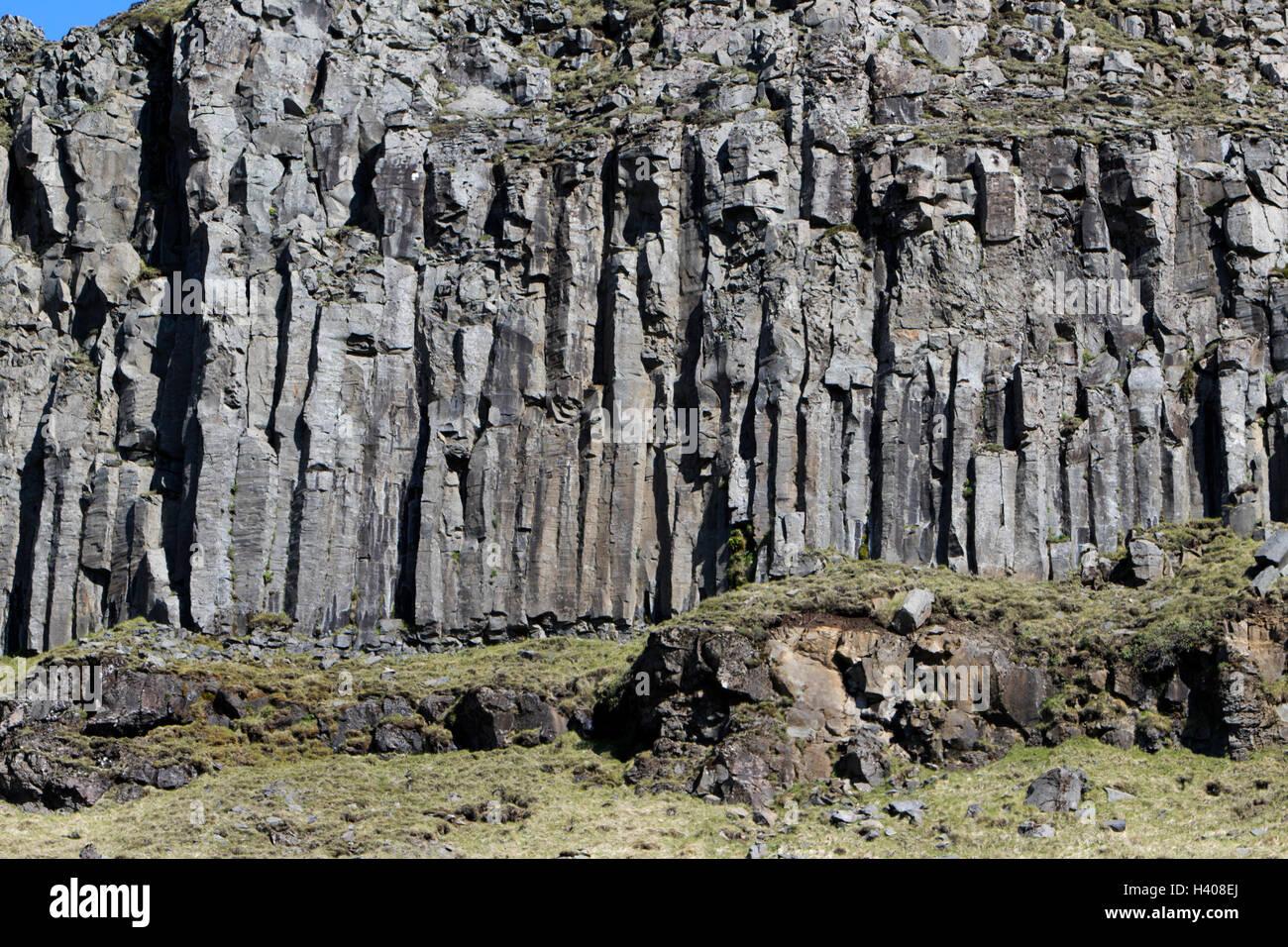 Basalt Säulen vulkanischen Felsformationen in Klippen in der Nähe von Sea Island Stockbild