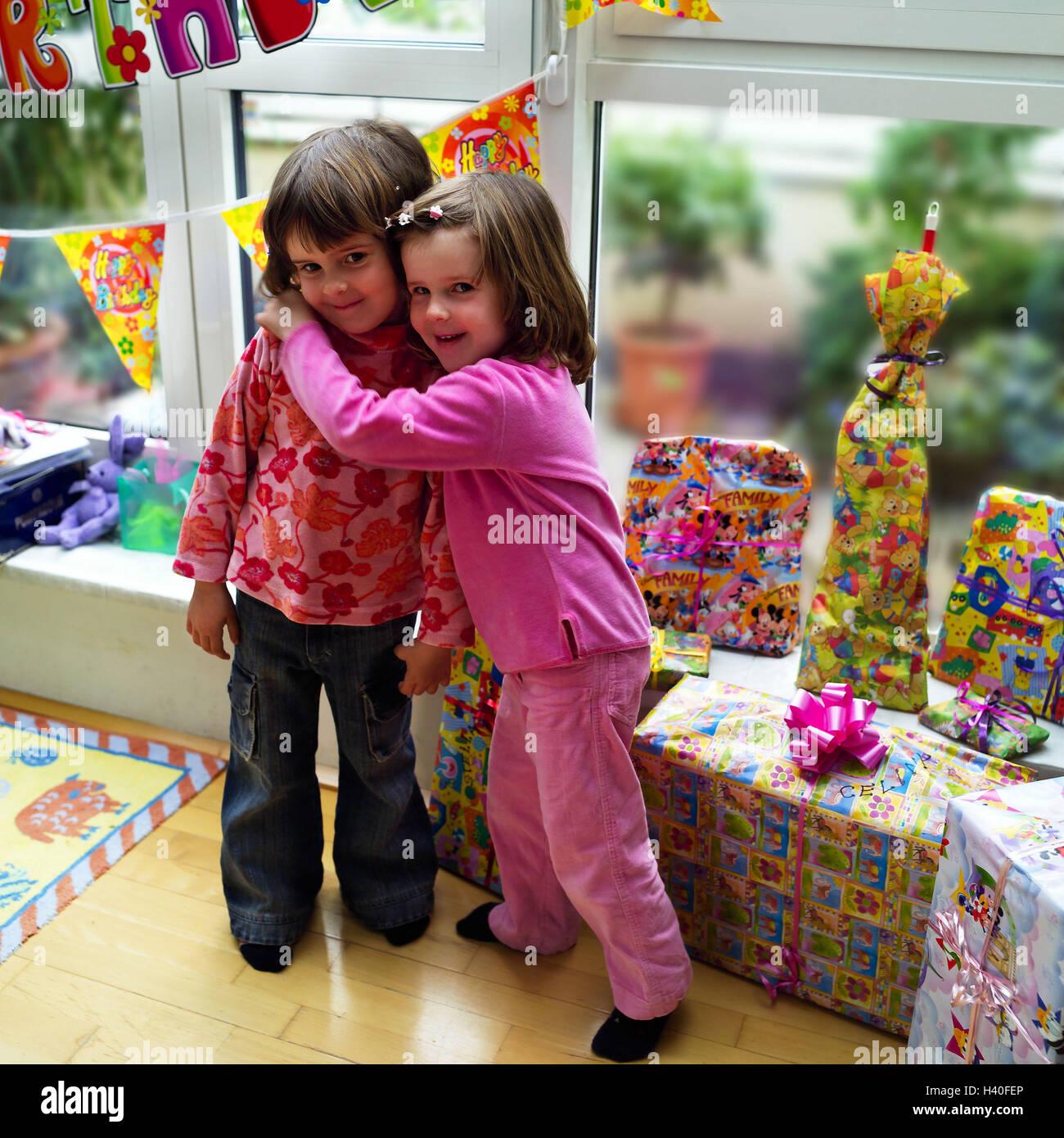 Mädchen Zwillinge Umarmung Geburtstag Geschenke Zuhause
