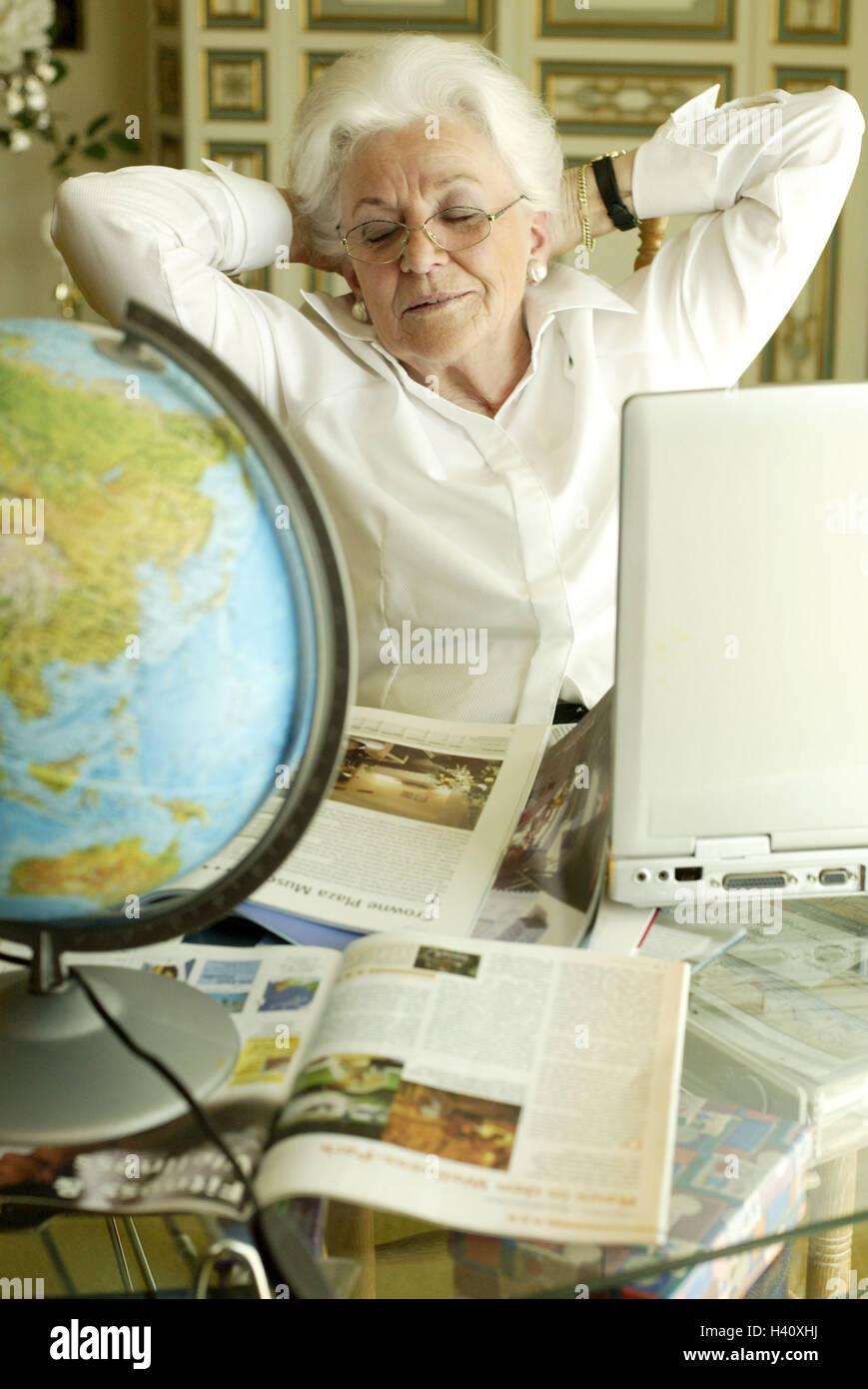 senior brille geste ist entspannung reisekatalog laptop globe halbe portr t freizeit. Black Bedroom Furniture Sets. Home Design Ideas